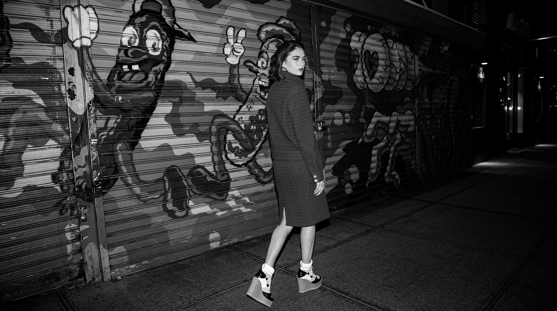 Девушка гуляет по ночному Нью-Йорку / фото 03