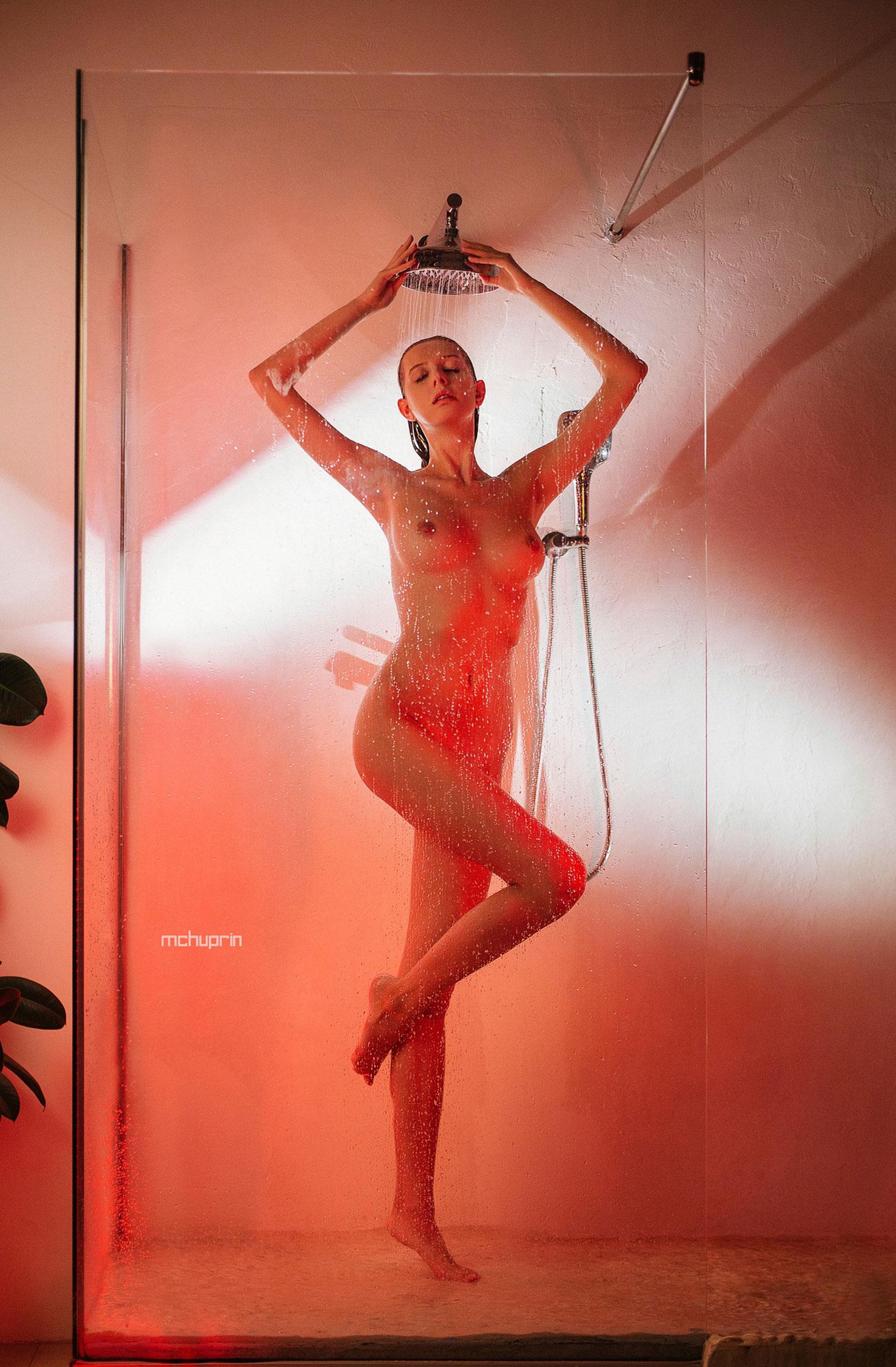 Катерина Райх принимает душ, под светом красных ламп / фото 07