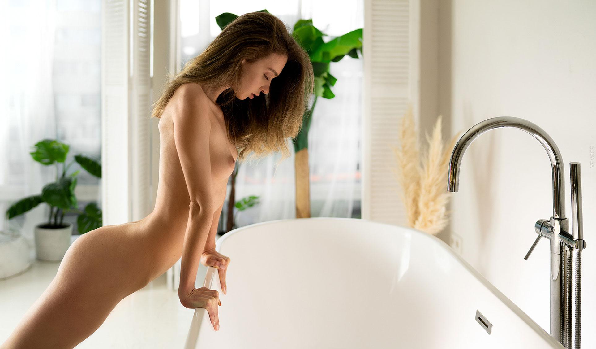 голая Анна Царалунга не решается погрузиться в красивую белую ванну / фото 07