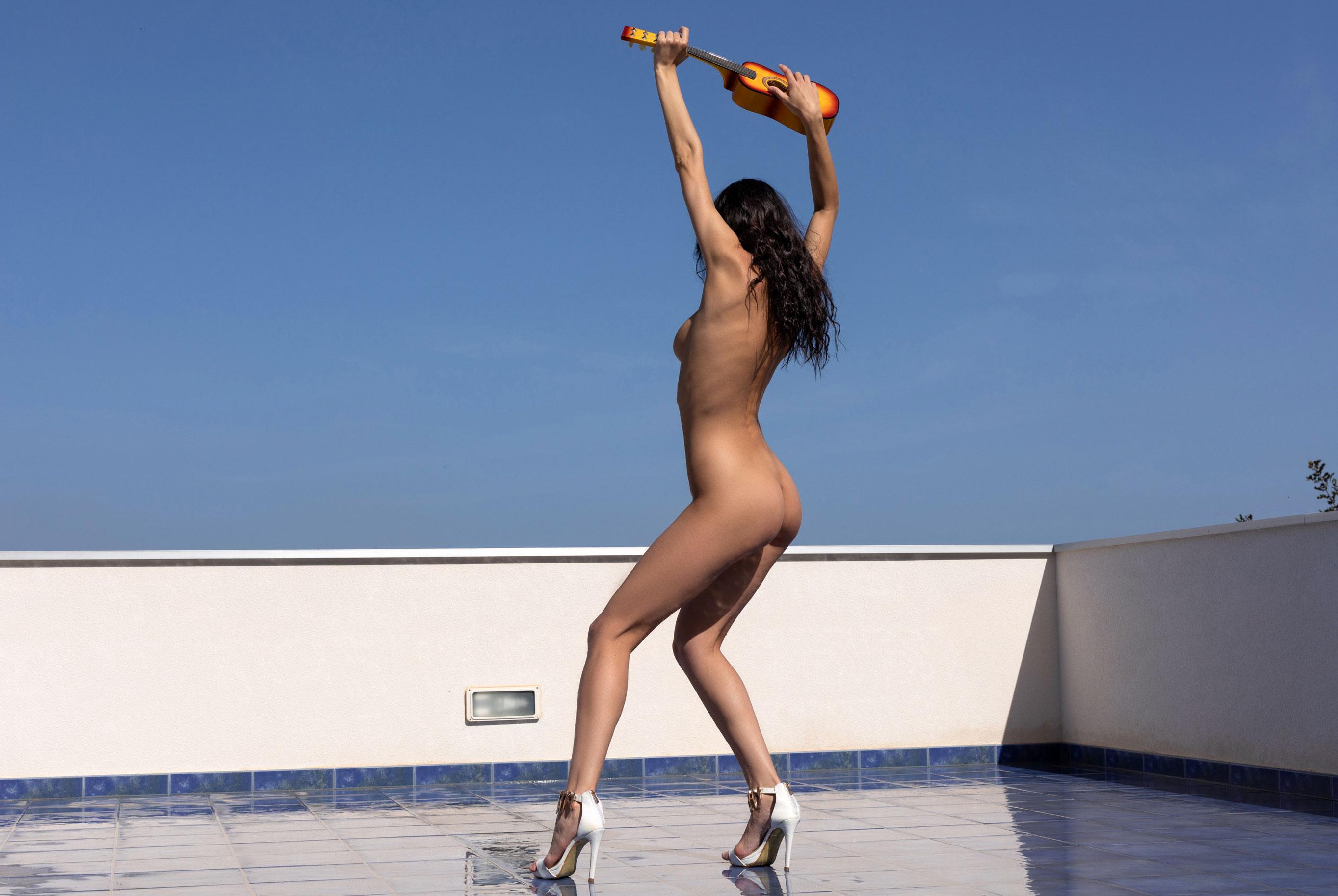 Сексуальная и голая Анастасия Марципанова развлекается с маленькой гавайской гитарой укулеле / фото 22
