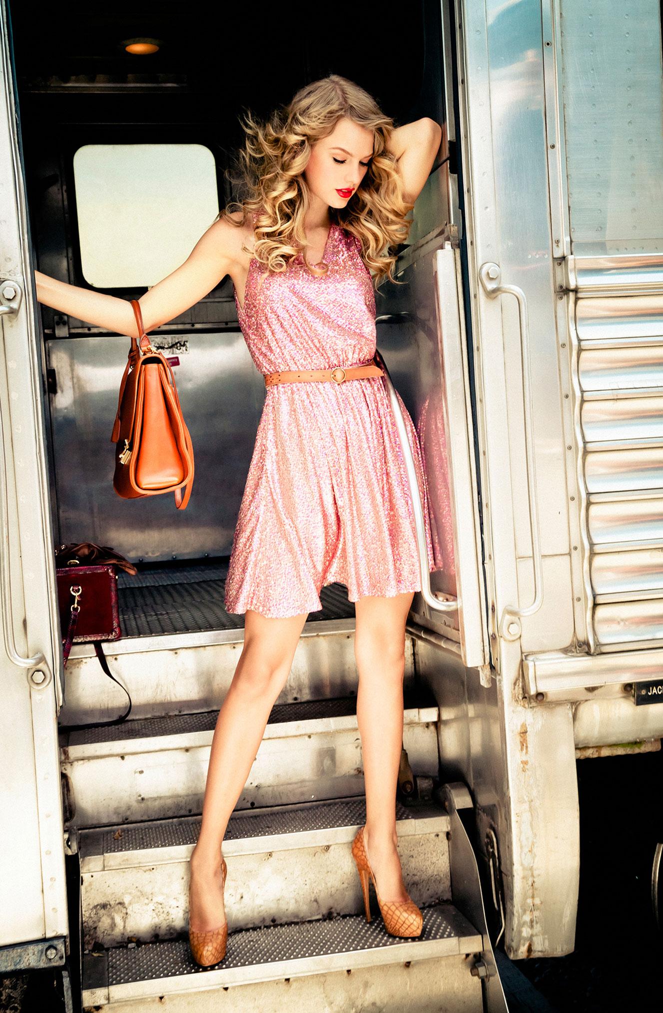 Тейлор Свифт отправляется в путешествие на поезде / фото 09