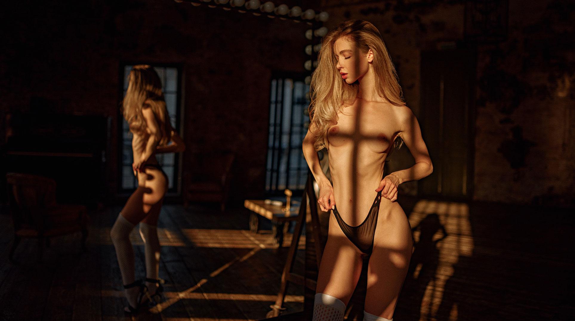 голая Анна Царалунга в уютной домашней обстановке / фото 05