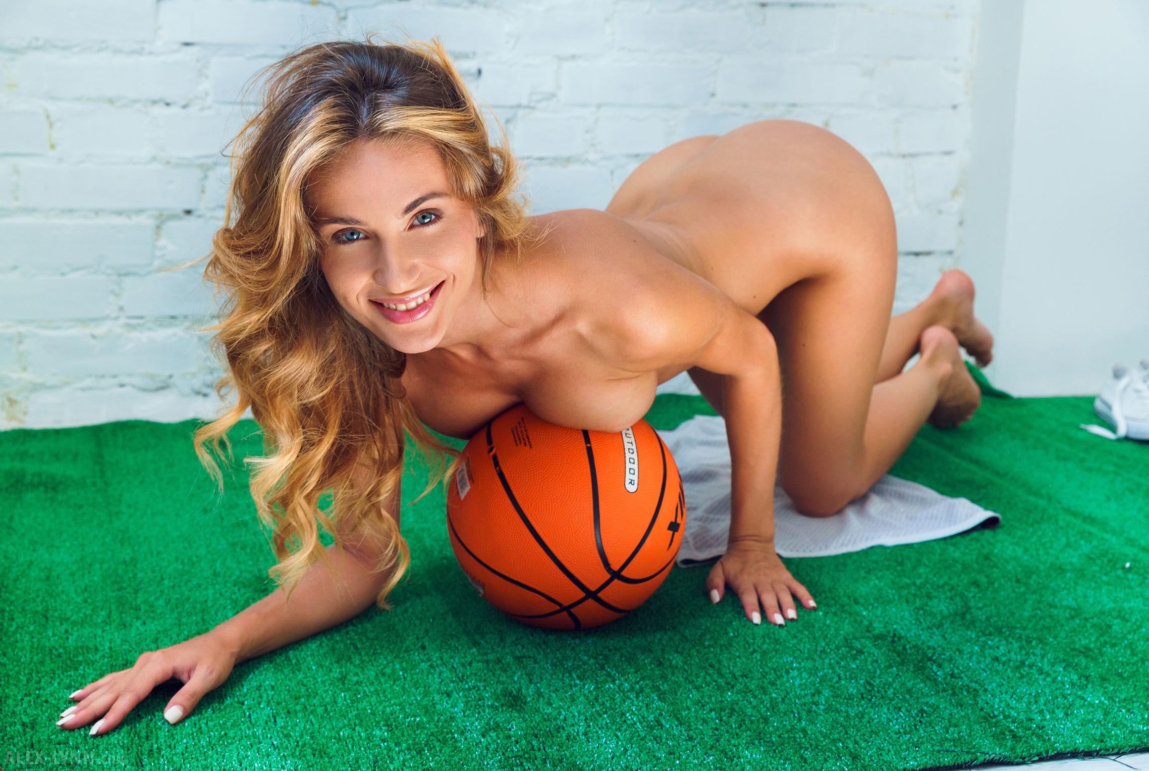 Играем в баскетбол красиво / голая Наталья Войнар с баскетбольным мячом / фото 27