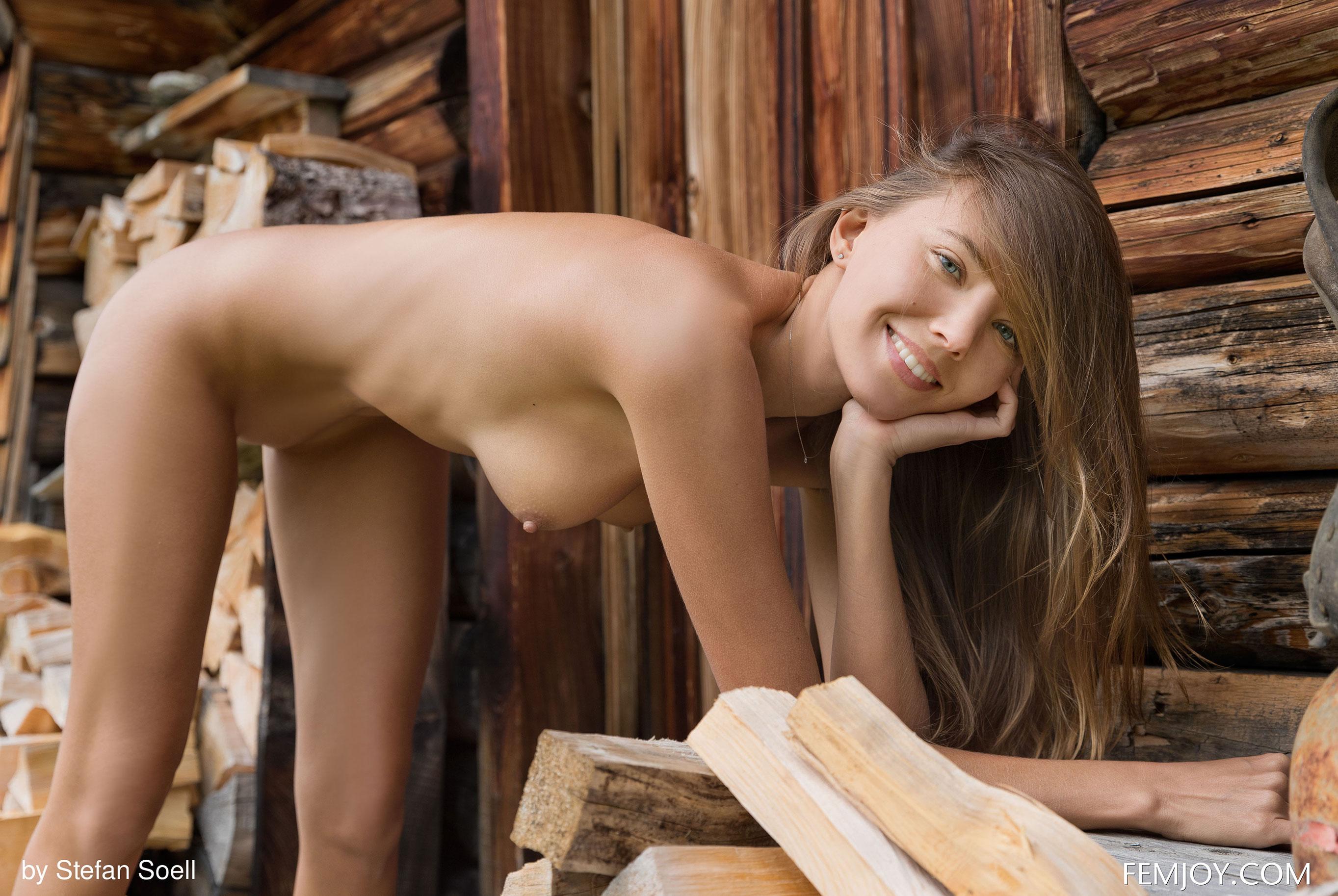 Сексуальная Катя - голая и одинокая в избушке на склоне Альпийских гор / фото 21