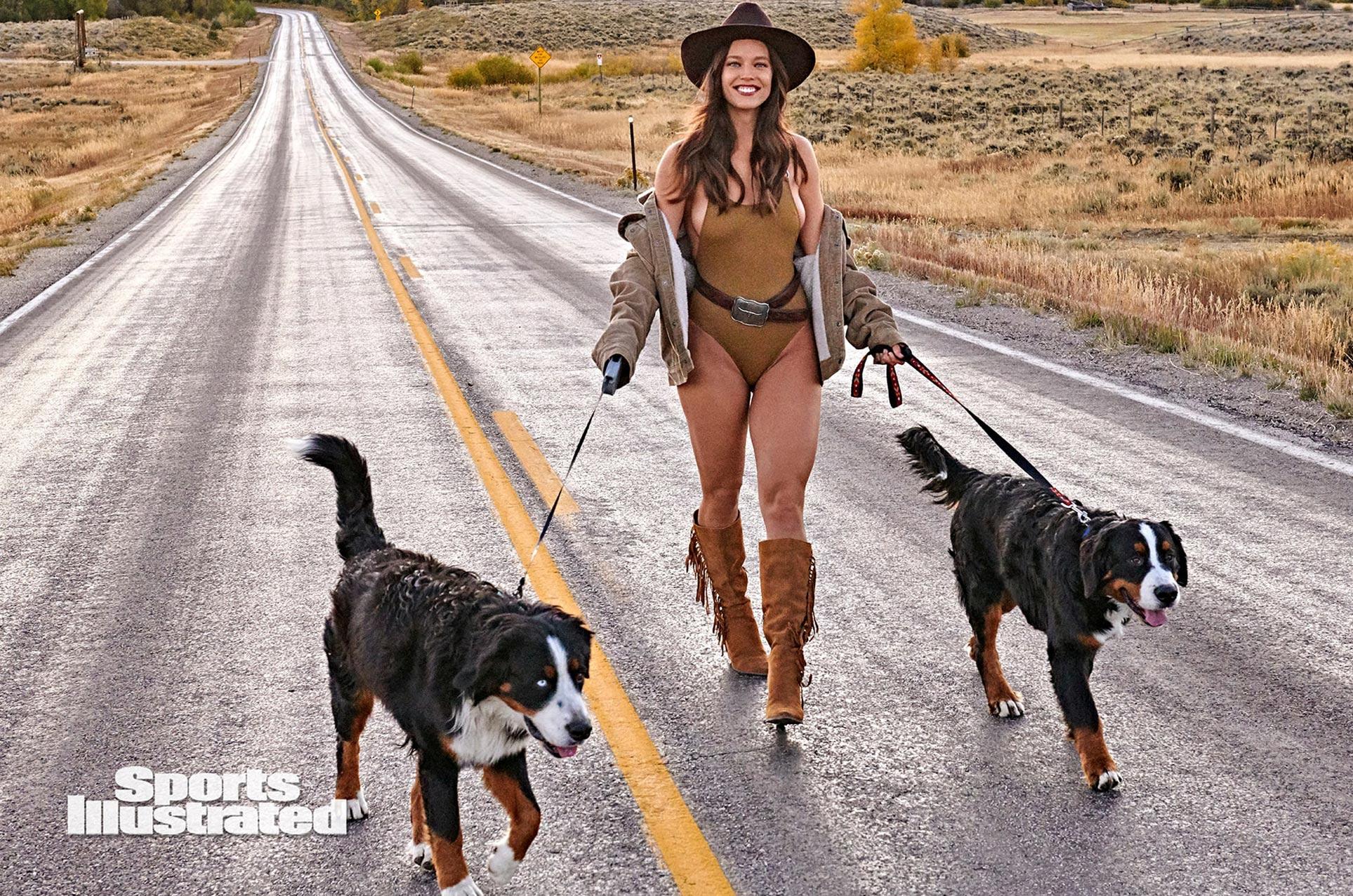 Эмили ДиДонато в каталоге купальников Sports Illustrated Swimsuit 2020 / фото 01