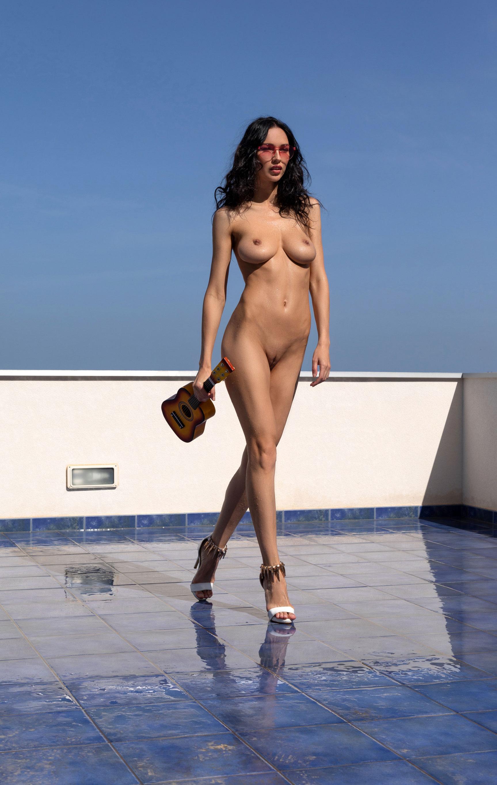 Сексуальная и голая Анастасия Марципанова развлекается с маленькой гавайской гитарой укулеле / фото 17