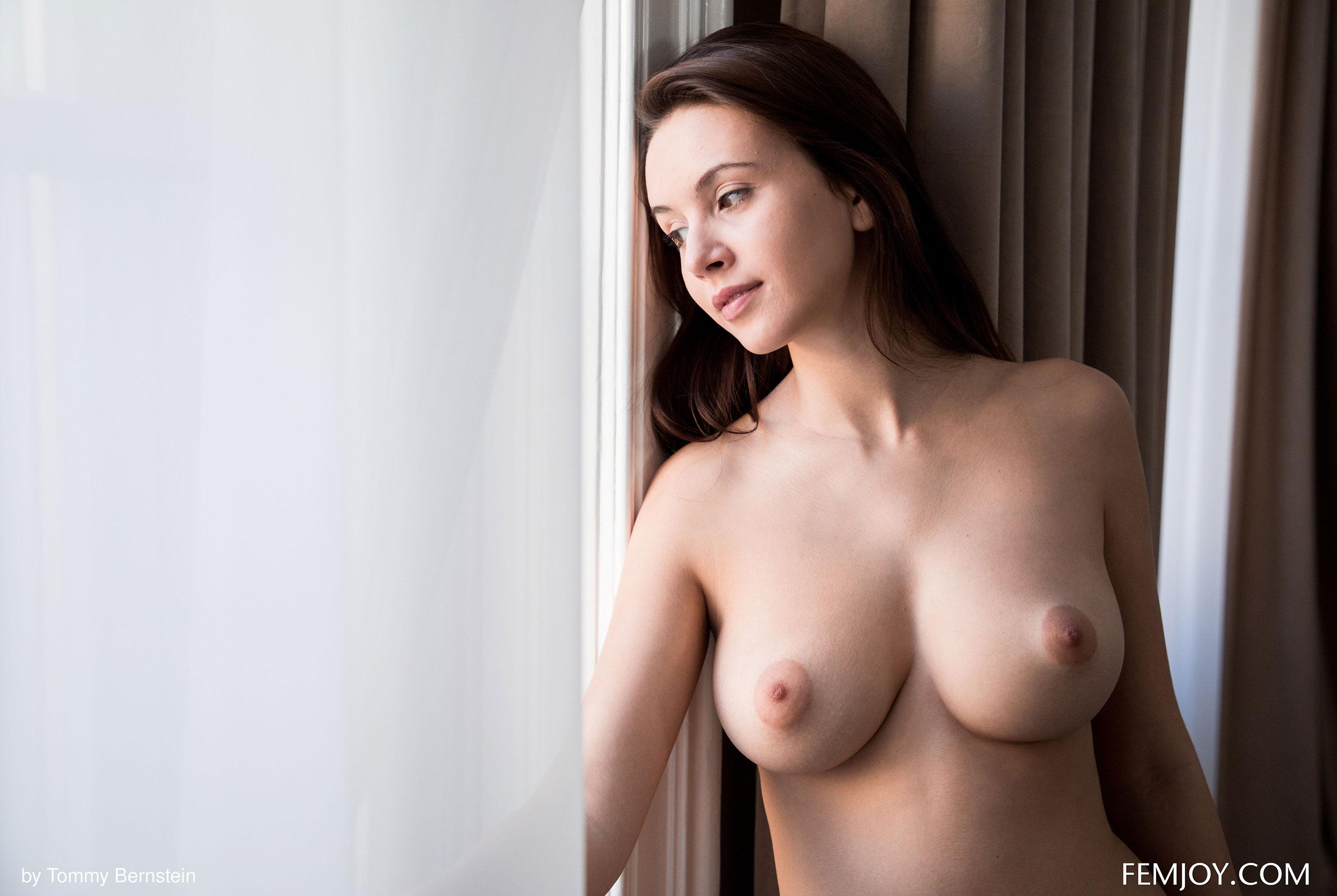 Навстречу новому дню - голая Алиса у окна / фото 02