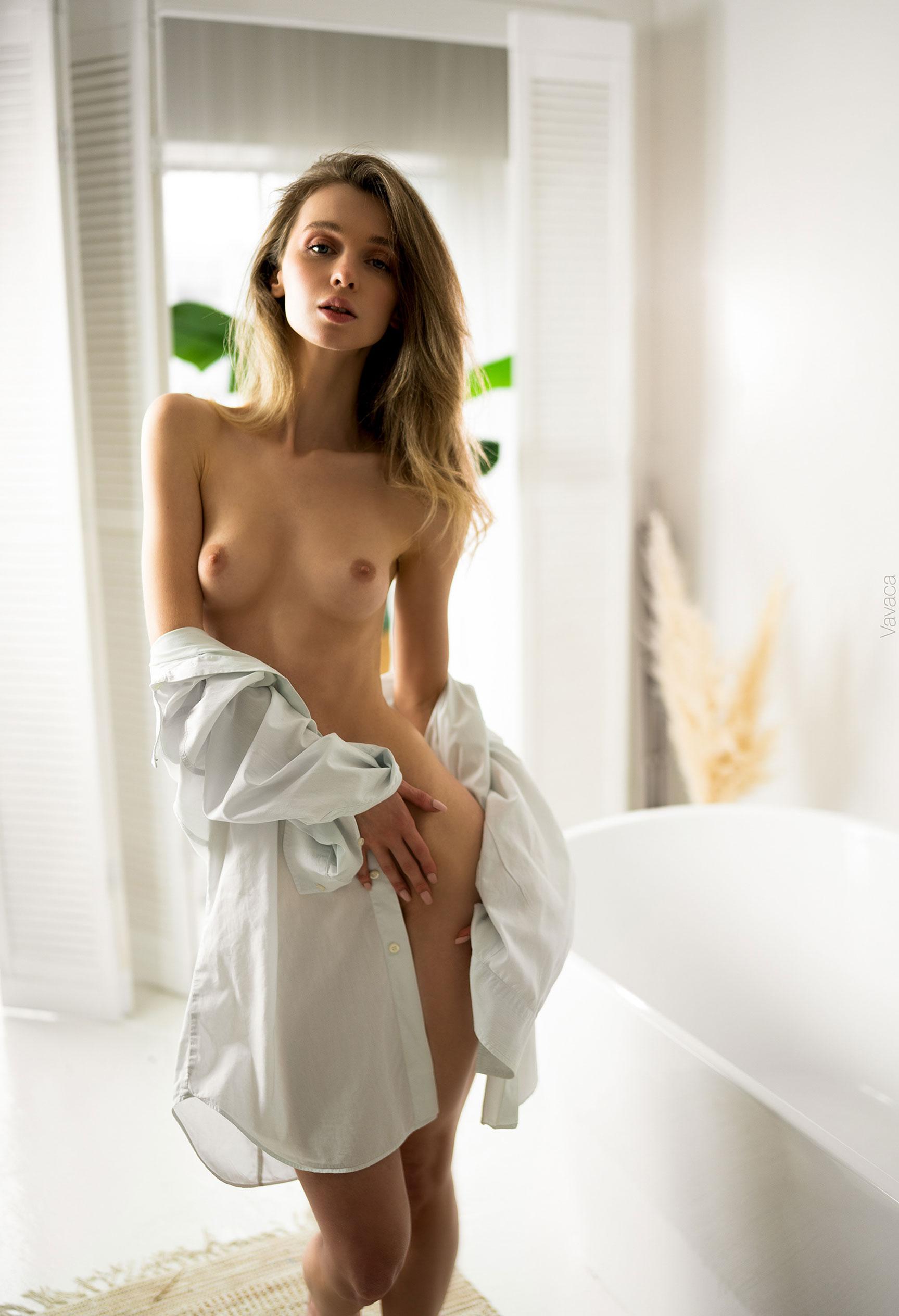 голая Анна Царалунга не решается погрузиться в красивую белую ванну / фото 14
