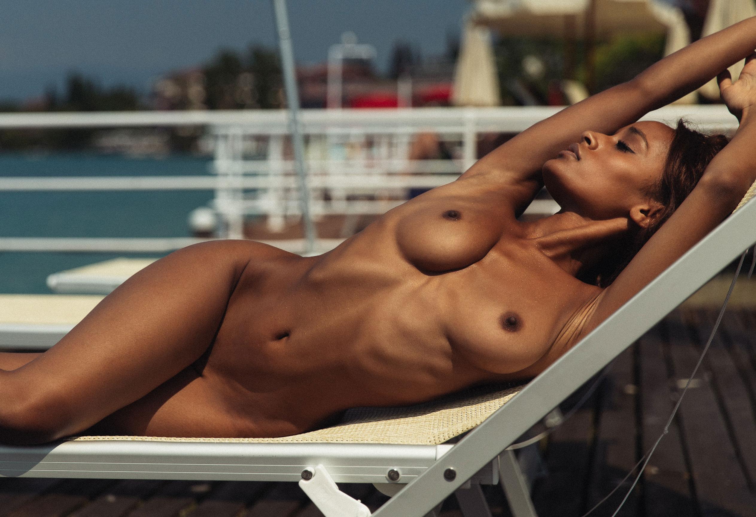 Сексуальная голая девушка загорает под итальянским солнцем / фото 01