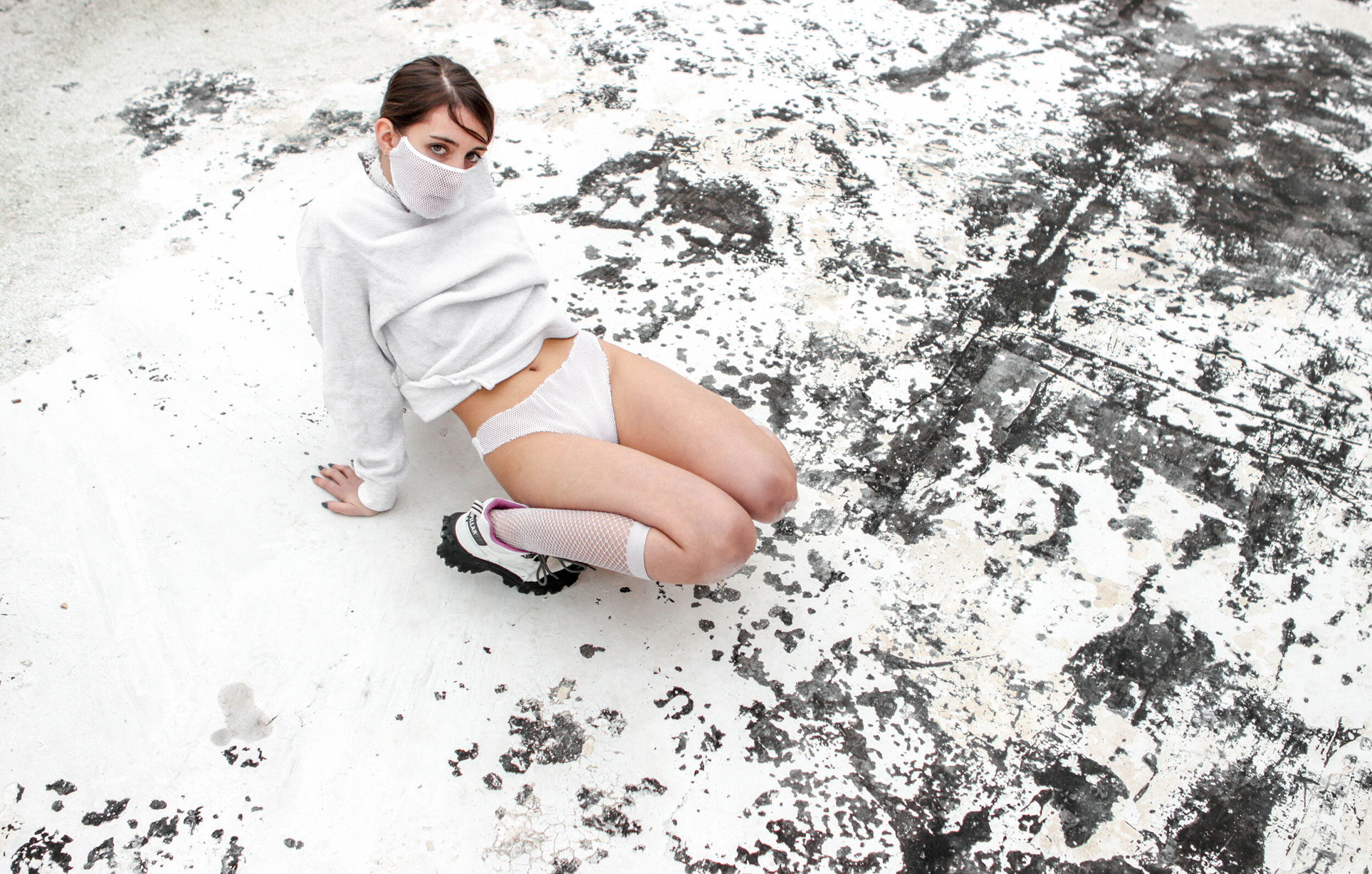 Девушка в маске и трусах / фото 01