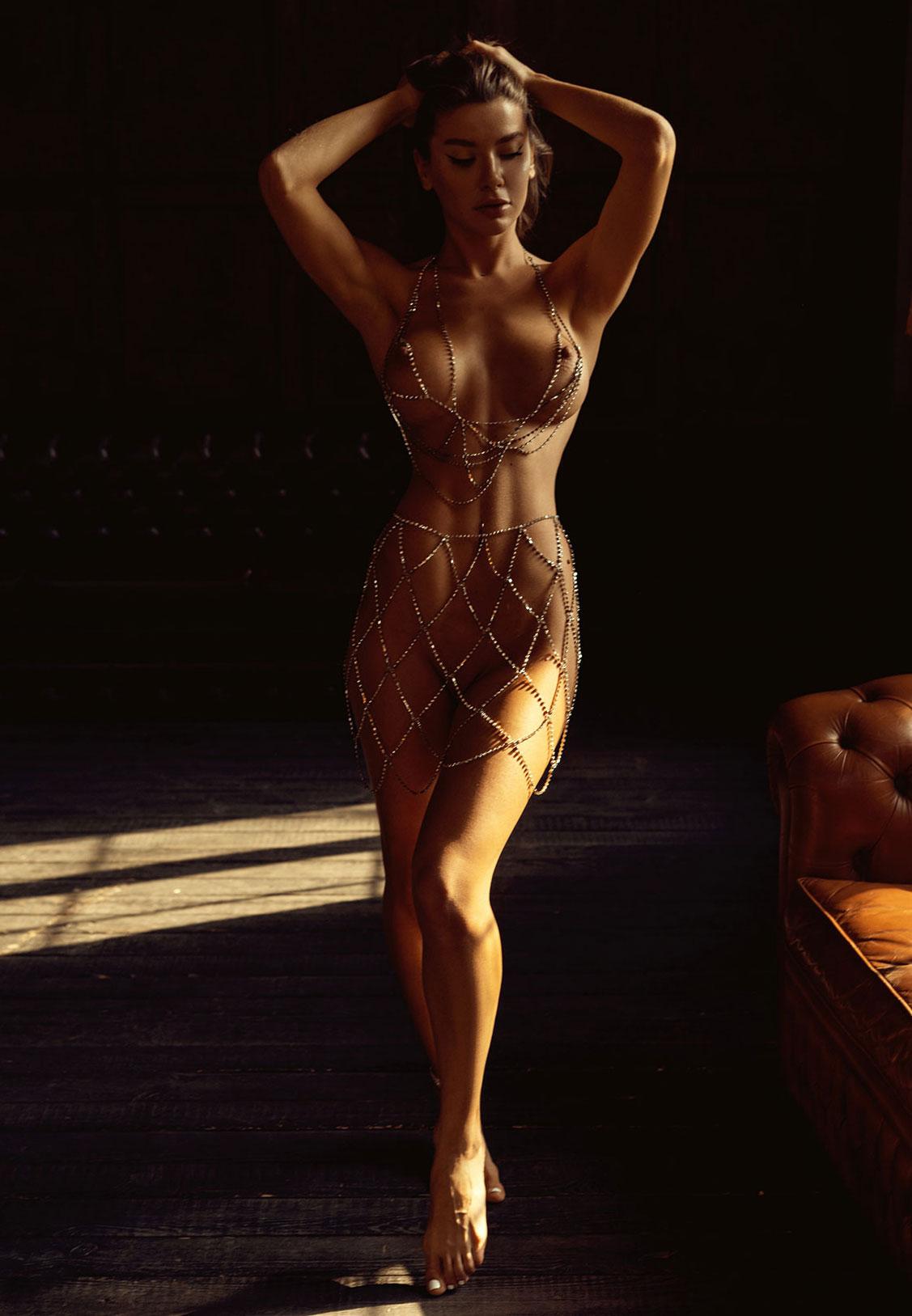 Сексуальная голая девушка в драгоценных цепях / фото 08
