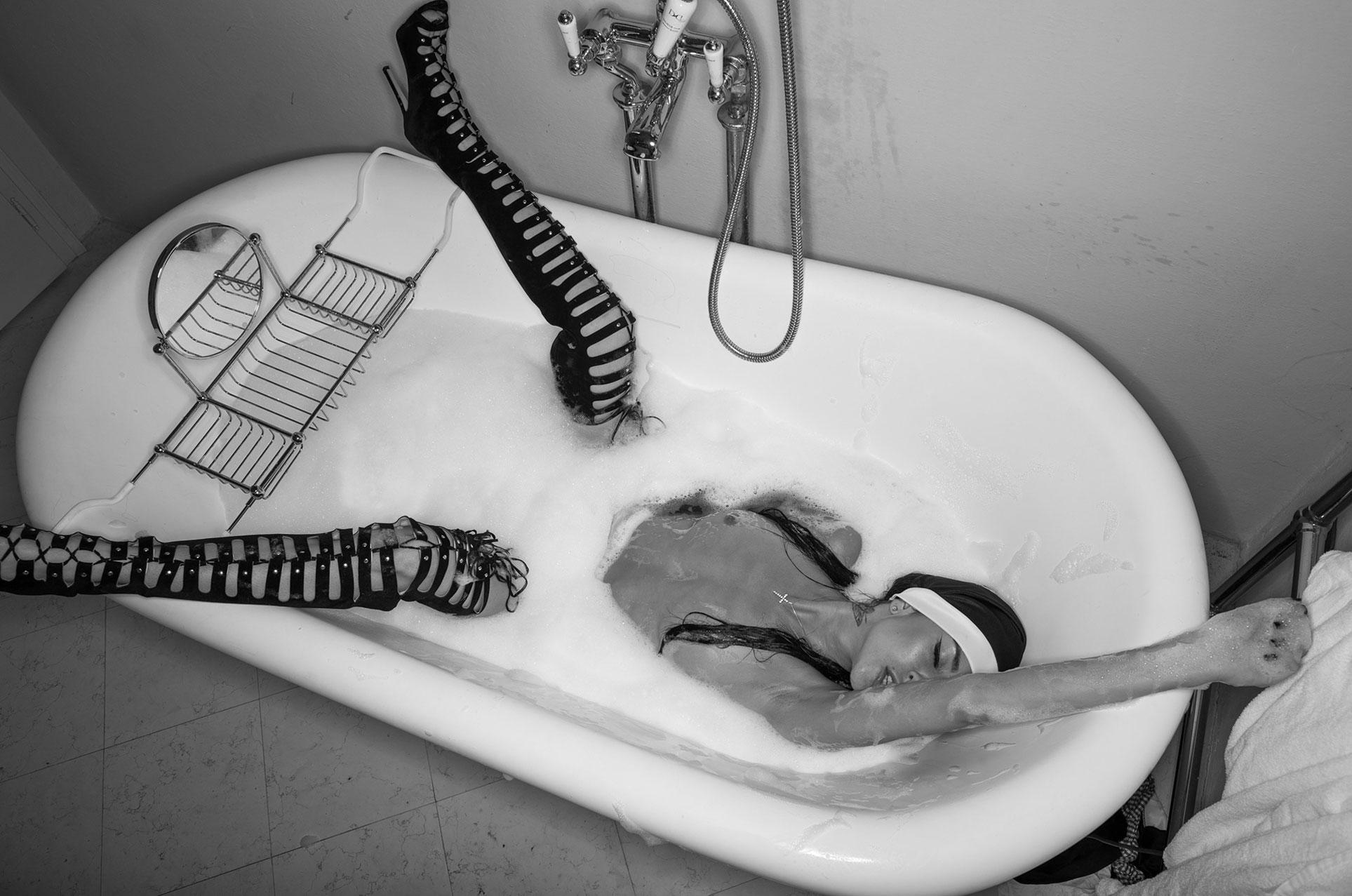 Сексуальная ночь двух отвязных монашек / фото 02