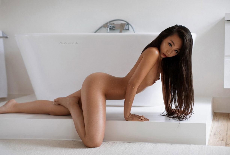 голая азиатская девушка в ванной / фото 16