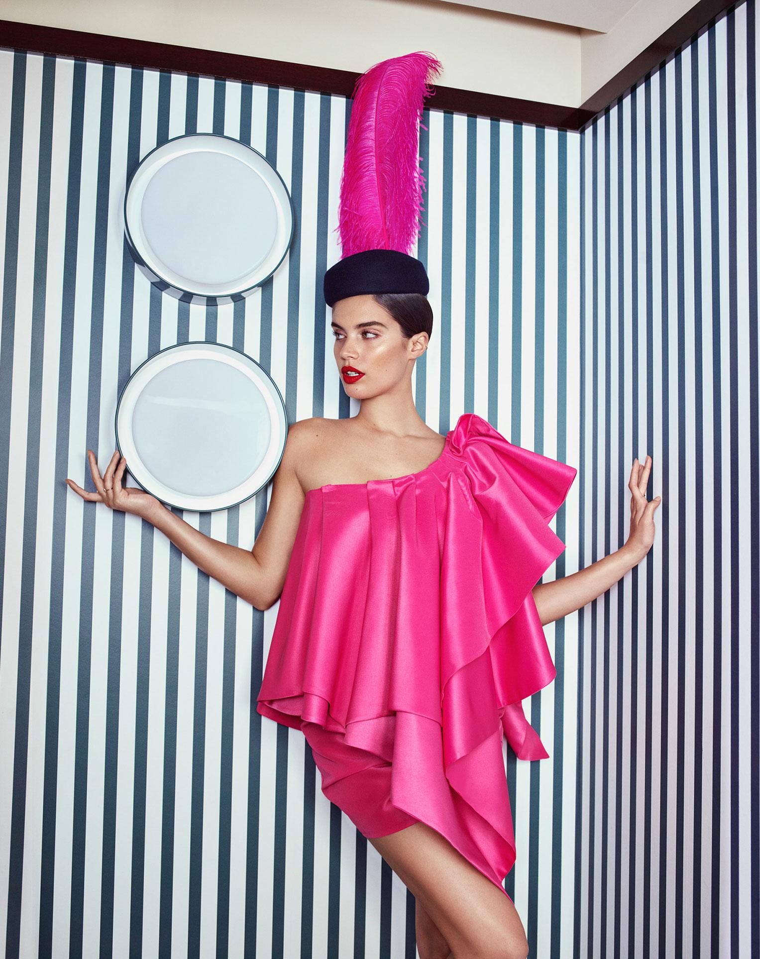 Сара Сампайо демонстрирует модные наряды на улицах и балконах Парижа / фото 14