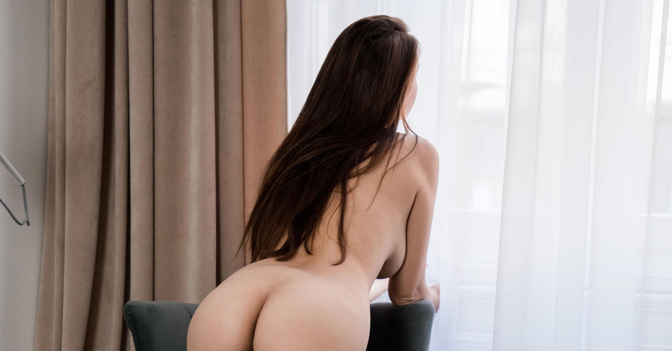 Навстречу новому дню - голая Алиса у окна / фото 16