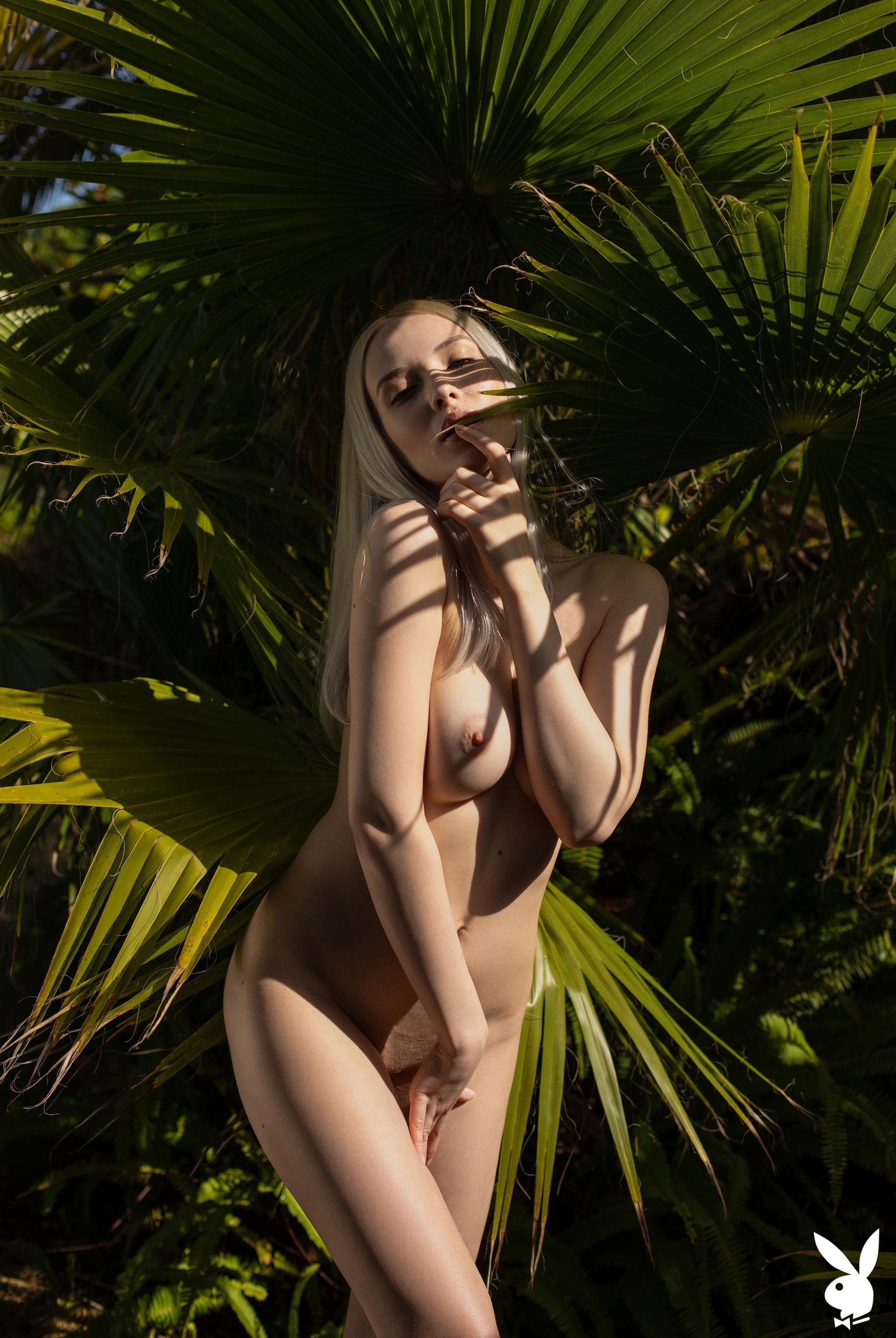 Сексуальная и голая Моника Васп в окружении тропических растений / фото 15