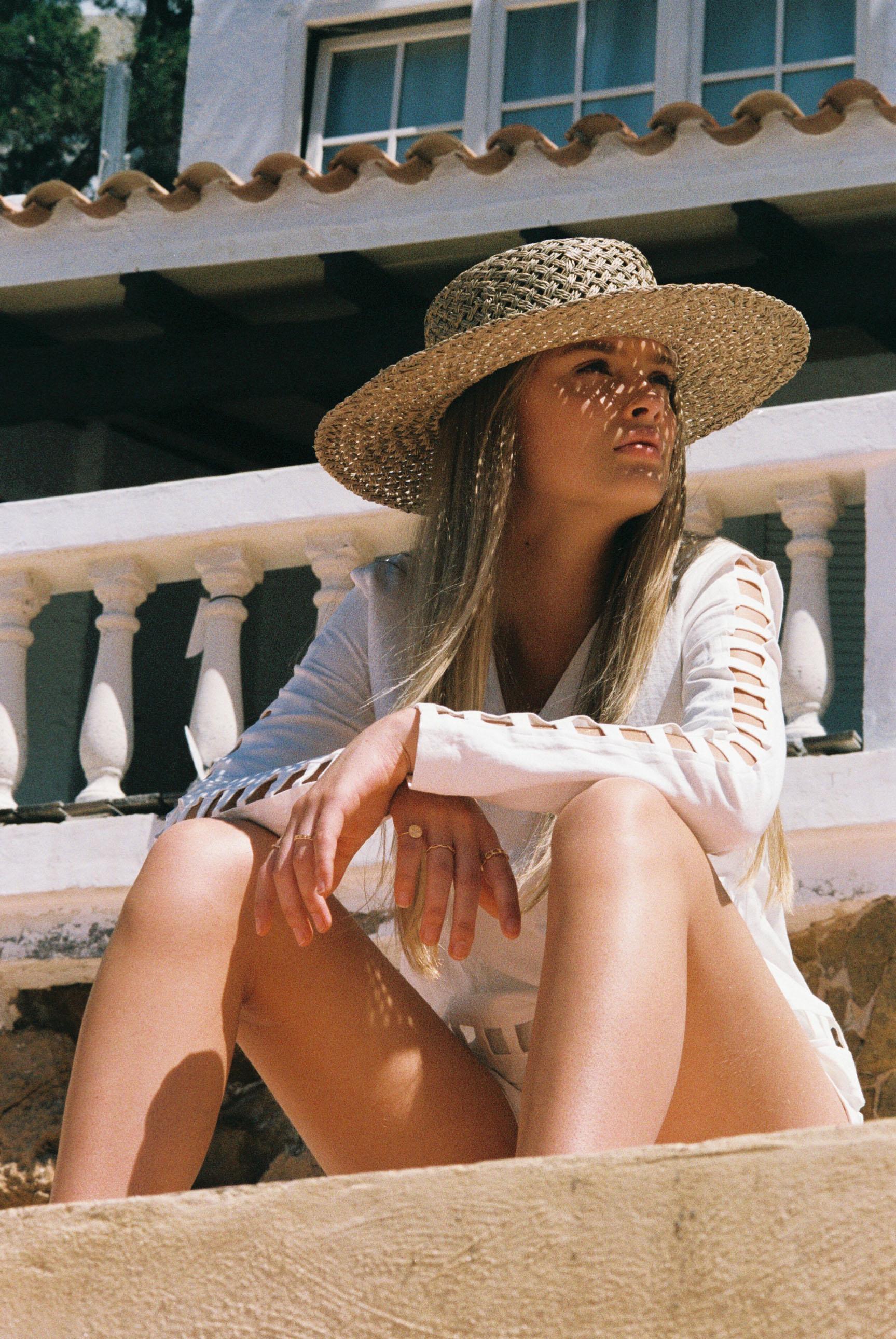 Бритни ван дер Стин в пляжной одежде модного бренда Rada Bryant, весна-лето 2020 / фото 04