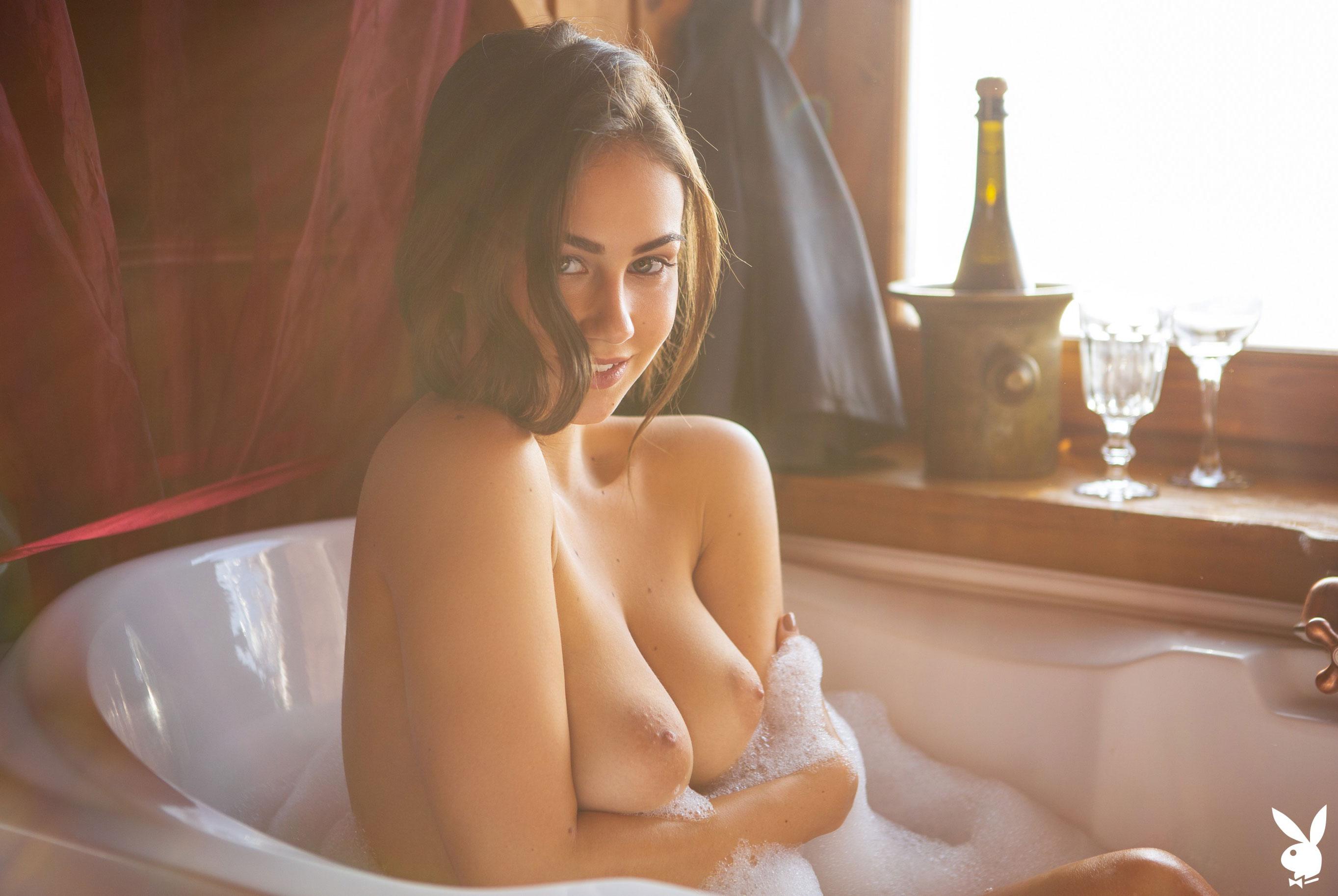 голая Софья Лимма в ванне с шампанским / фото 02