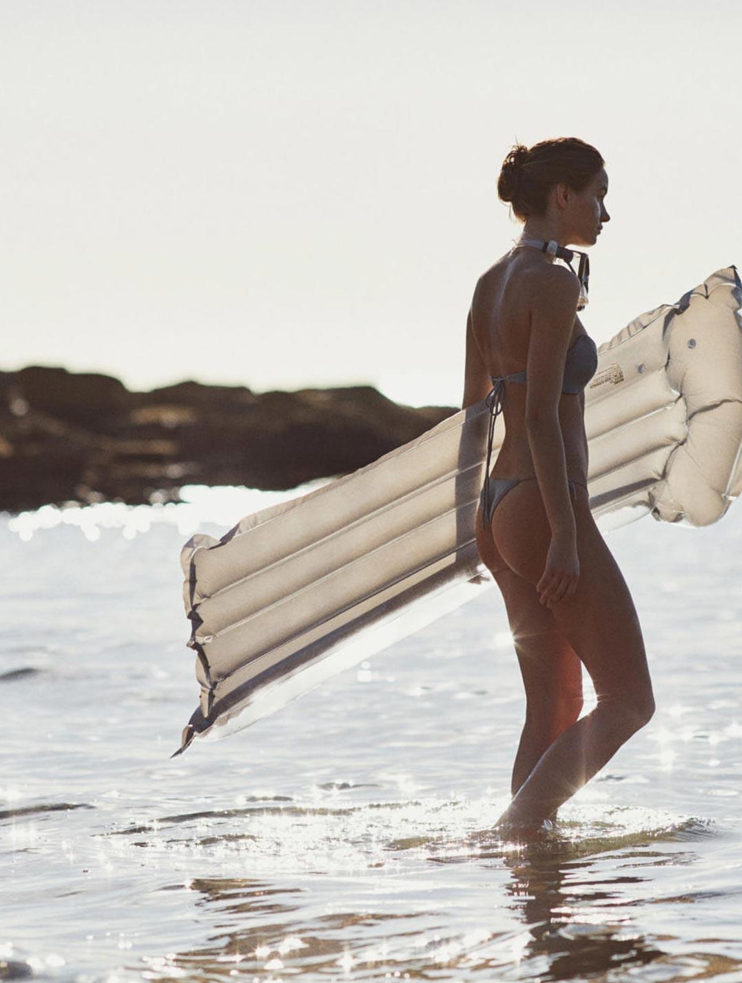 Девушка развлекается на пляже / фото 15