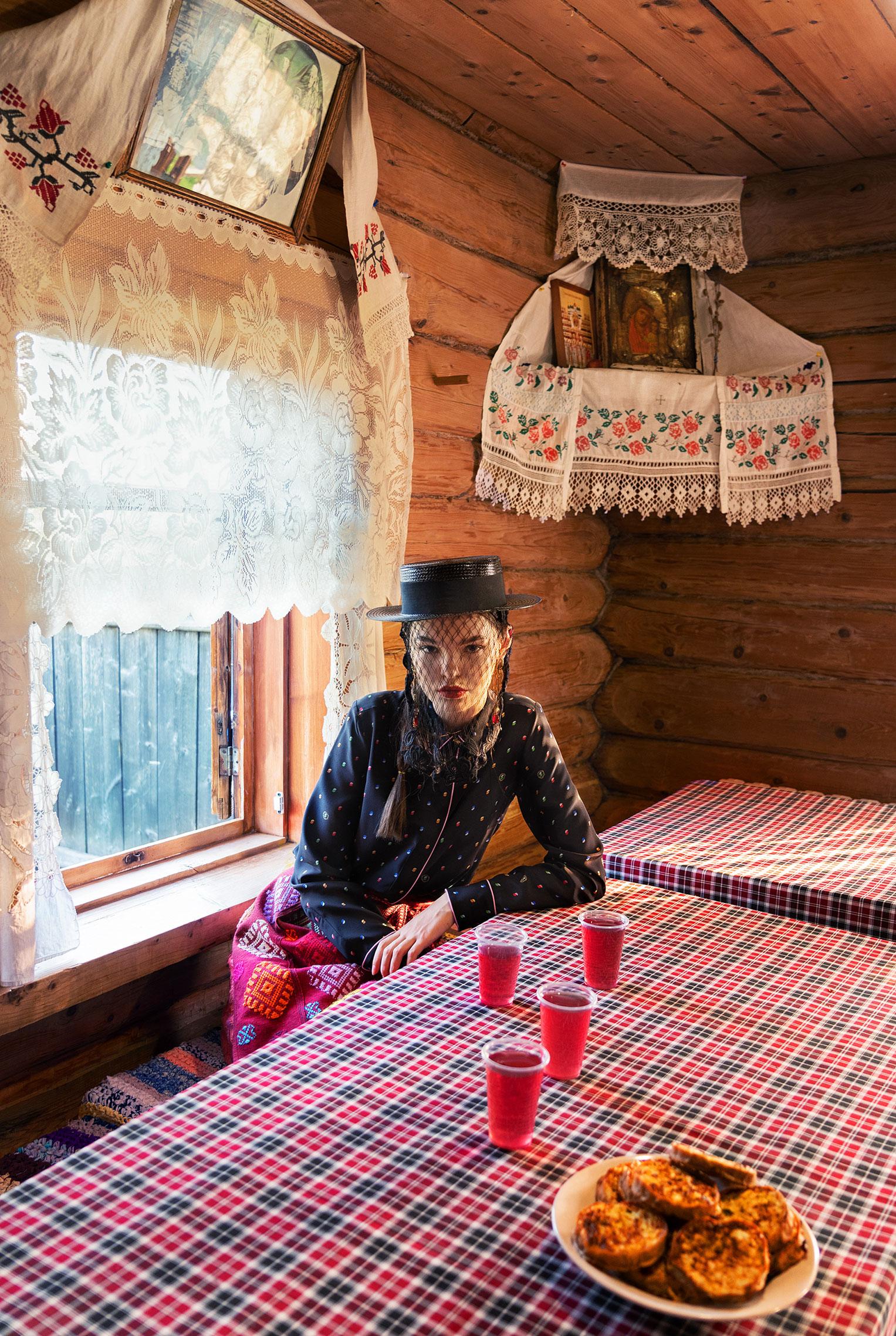 Модные наряды в деревенских интерьерах / фото 13