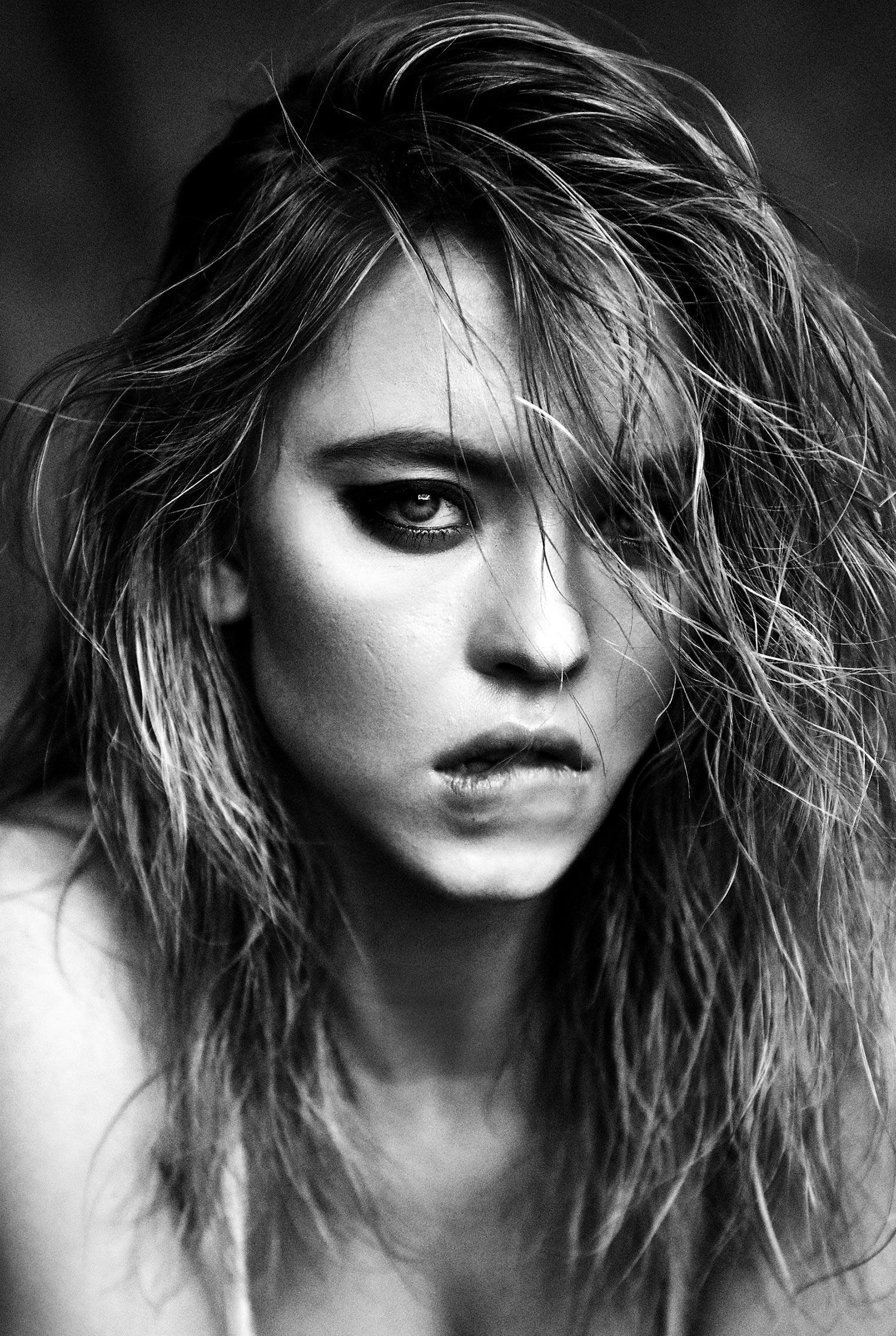 Сидни Свини на черно-белых снимках Дэмона Бейкера / фото 04