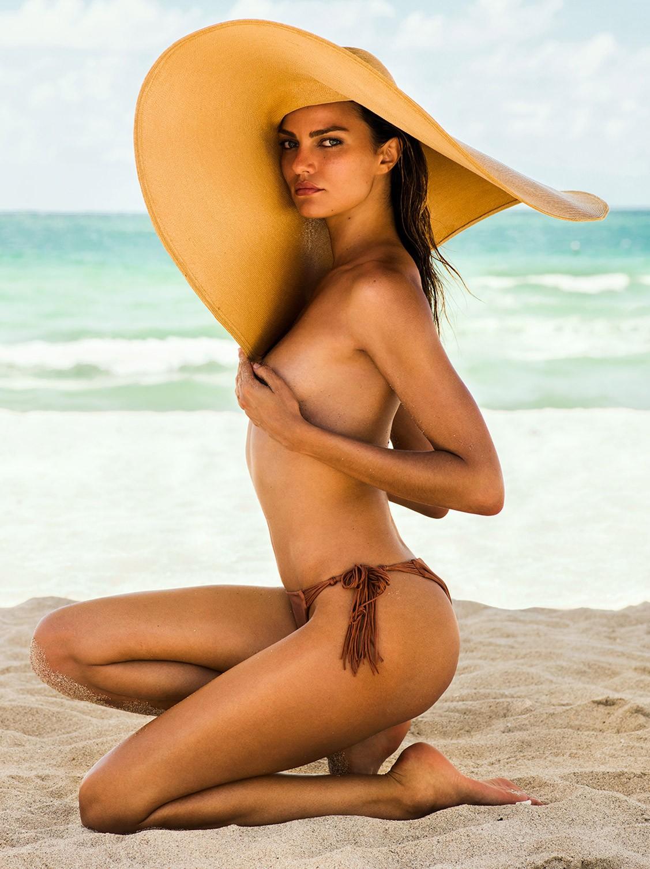 Отдыхаем на пляже с Барбарой Фиальо / Barbara Fialho by Danny Cardozo - GQ Brasil september 2017