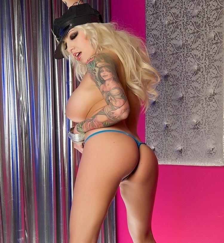 Vyxen Steel sexy policía en tanga muestra su vagina hermosa