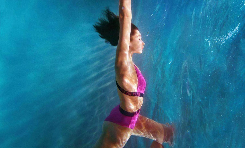 Белла Хадид в рекламной кампании купальников Calvin Klein, 2020 год / фото 11