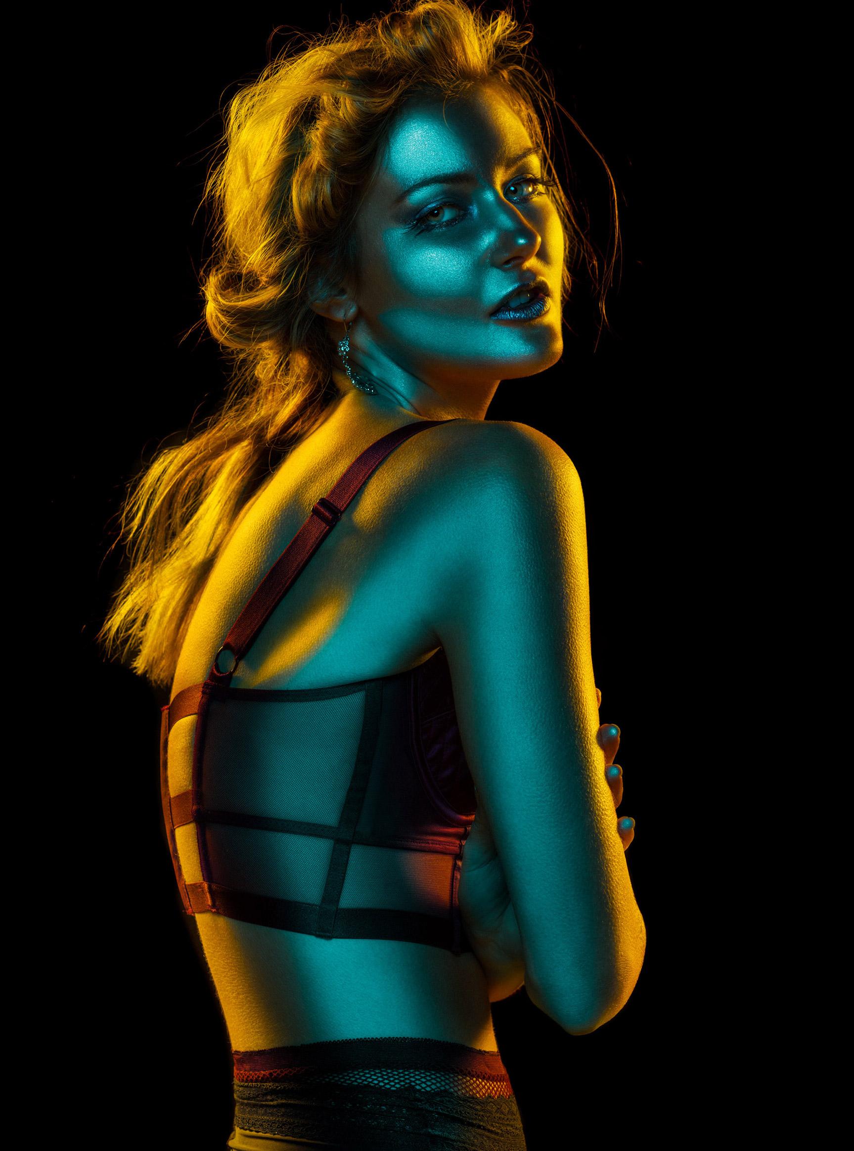Красивая девушка в отблесках ночи / Рейчел Флинн, фотограф Андре Шнейдер / фото 03