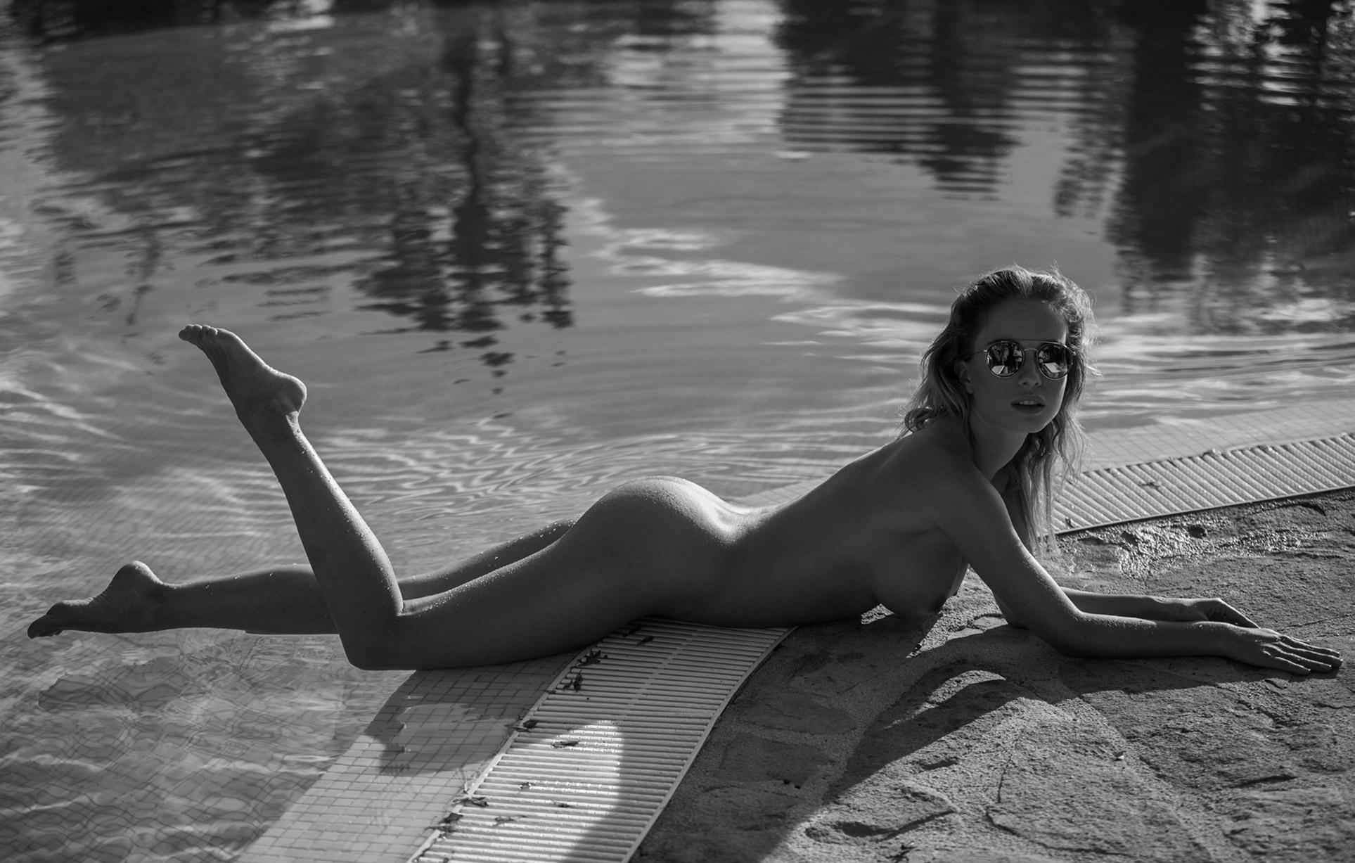 сексуальная обнаженная девушка отдыхает у бассейна / фото 01