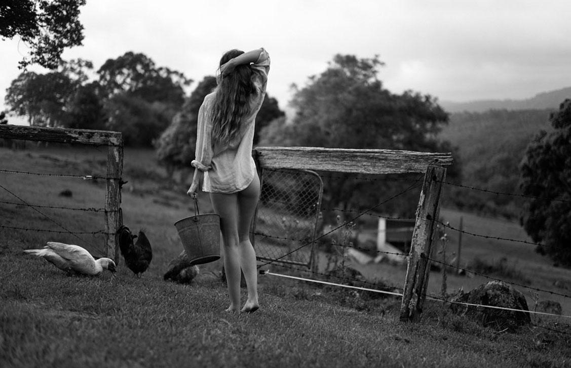 Красивая сексуальная девушка в деревне / фото 01