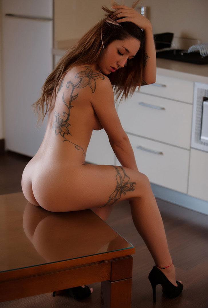 голая Нина на кухне учится готовить / фото 15