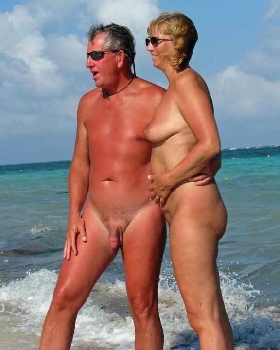 Mature couples copulating-8157