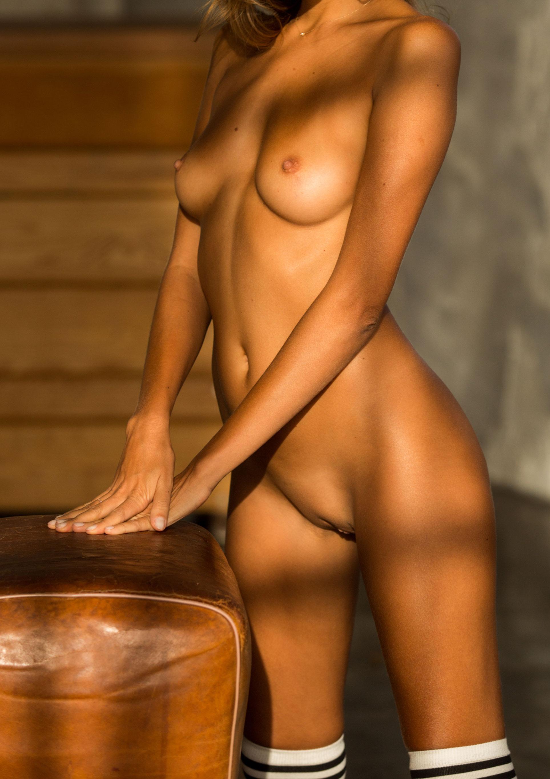 голая Катя Кловер занимается гимнастикой в спортзале / фото 18