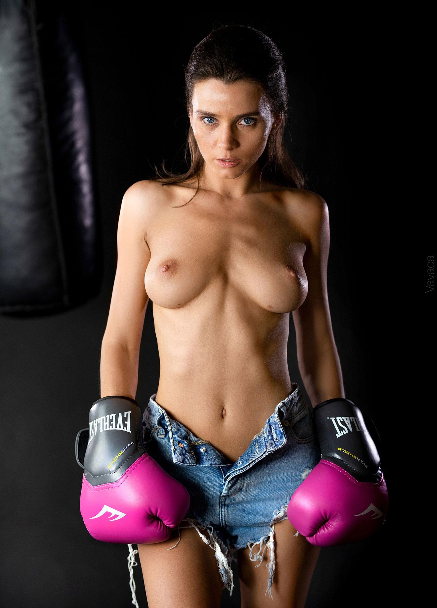 голая Кристина Макарова занимается боксом / фото 02
