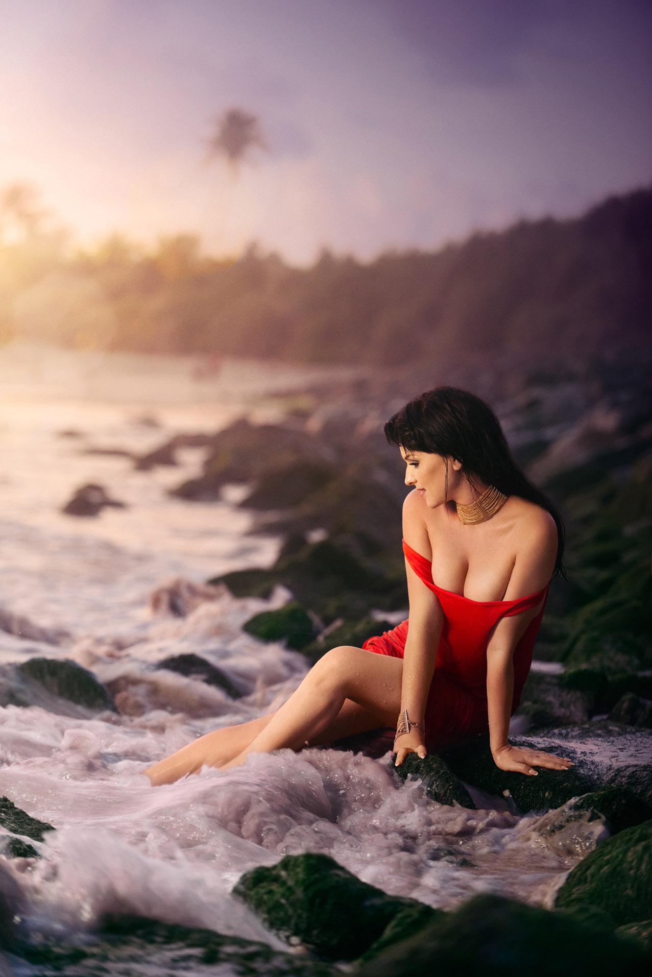 пляжные развлечения / работницы концерна Technonicol в собственном -красном- официальном календаре