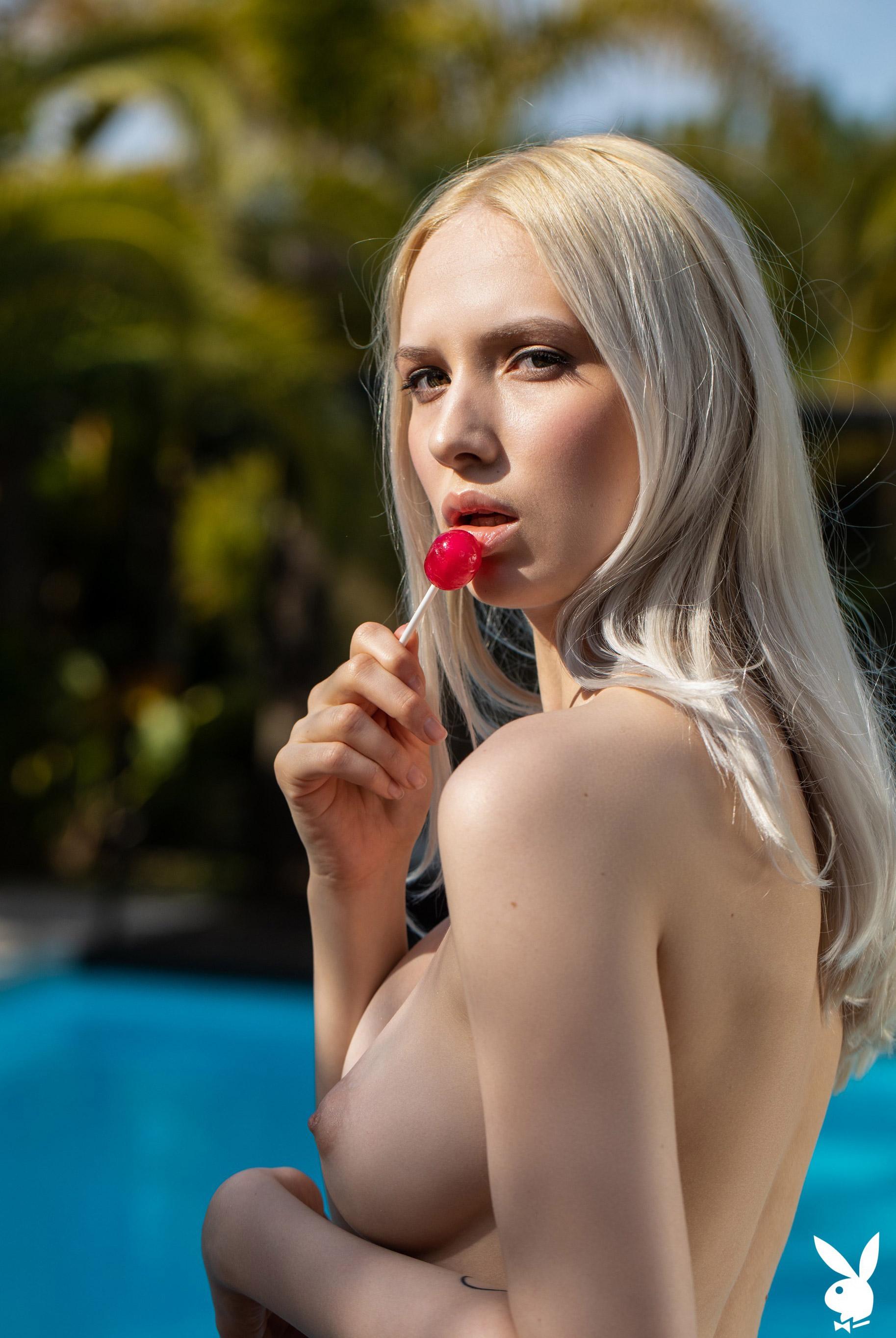 Голая Моника отдыхает у бассейна в тропиках / фото 10