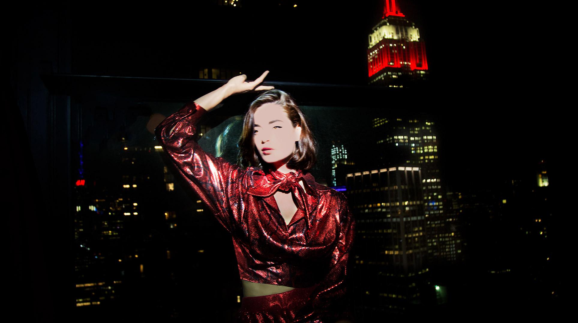 Девушка гуляет по ночному Нью-Йорку / фото 09