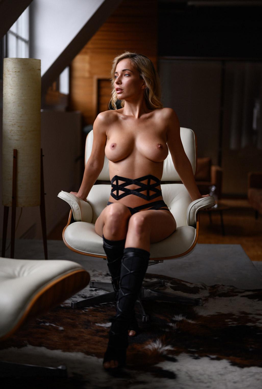 Сексуальная Наталья Андреева голая позирует в немецком Penthouse Loft Studio / фото 02