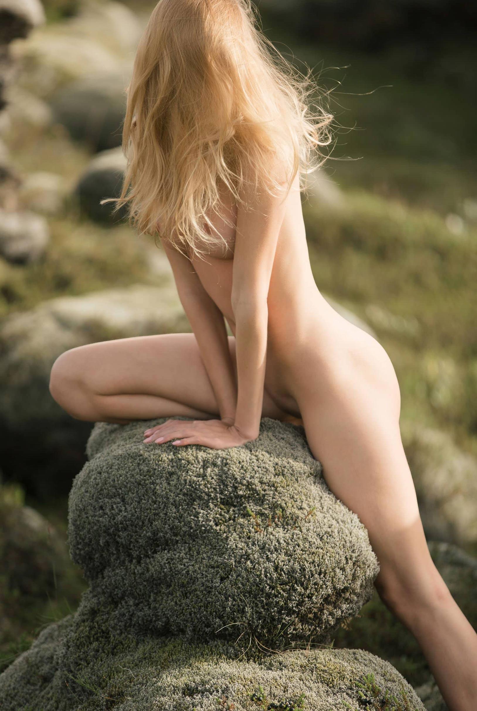 голая Яна Нагорняк гуляет по каменистым долинам Исландии / фото 08