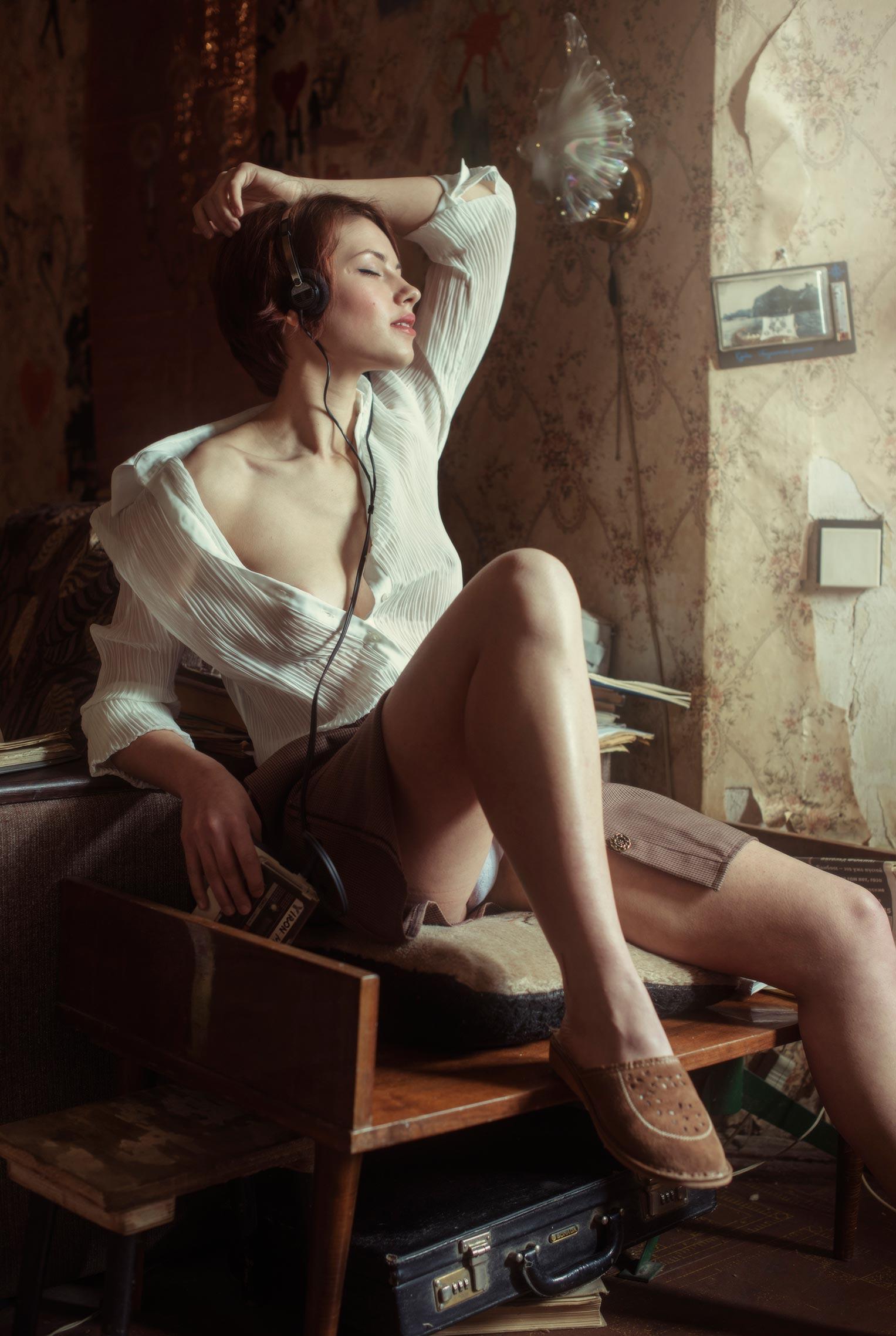 Сексуальная фотомодель Sophie la Sage в интерьерах старой советской квартиры / фото 02