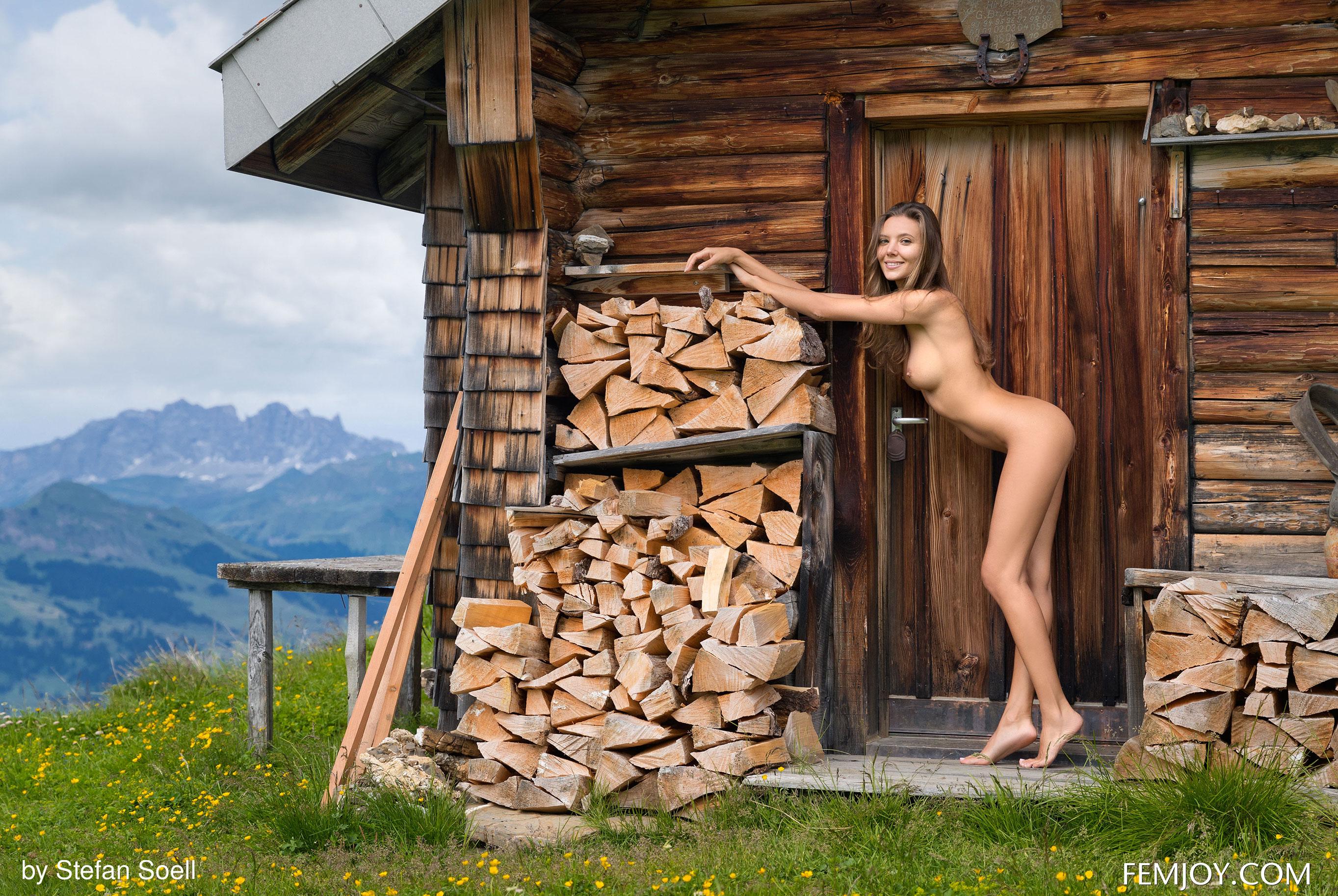 Сексуальная Катя - голая и одинокая в избушке на склоне Альпийских гор / фото 13