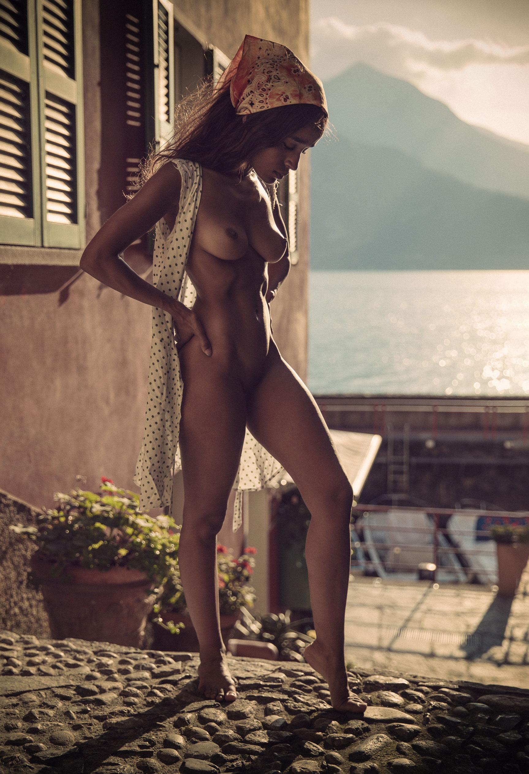 красивая голая девушка на улице курортного города в Италии / фото 04