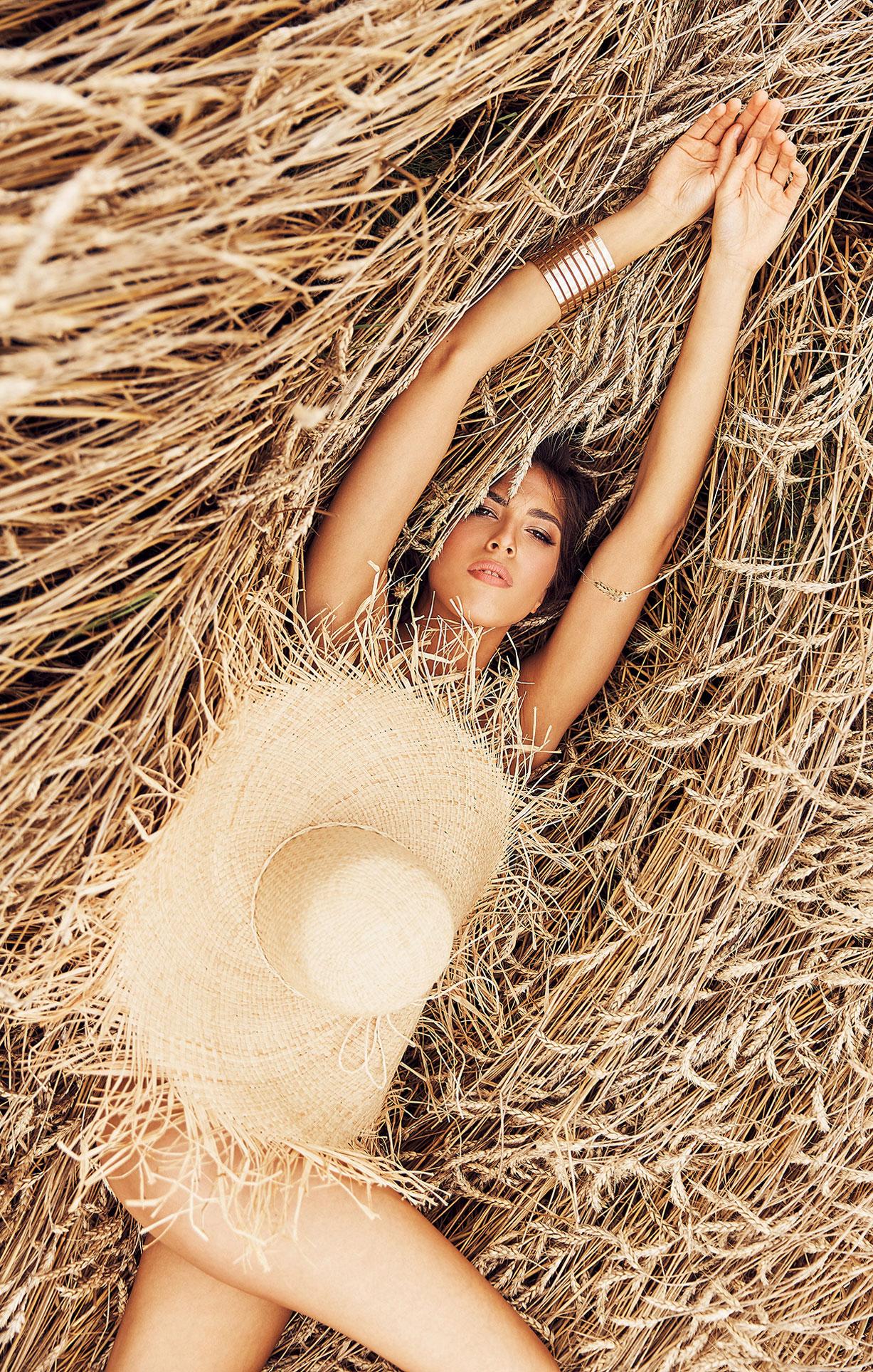 Красивая сексуальная девушка в пшеничном поле / фото 08