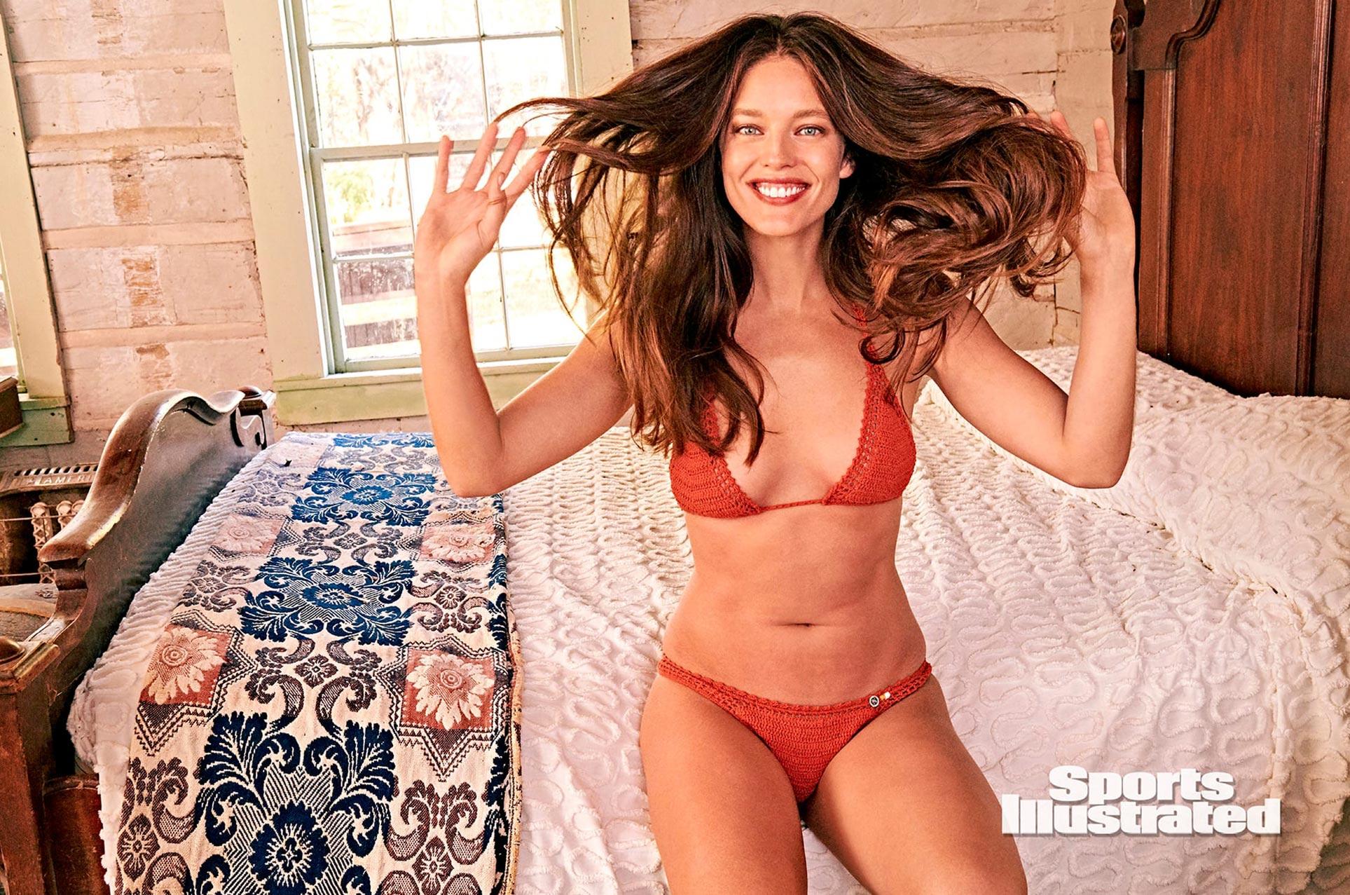 Эмили ДиДонато в каталоге купальников Sports Illustrated Swimsuit 2020 / фото 20