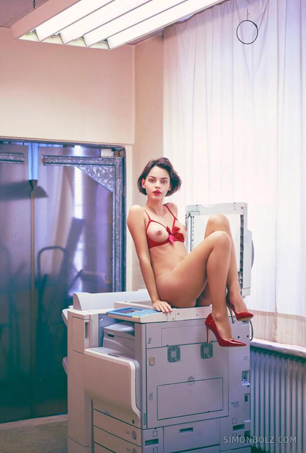 голая Наташа Удовенко сидит на ксероксе в немецком офисе / фото 06