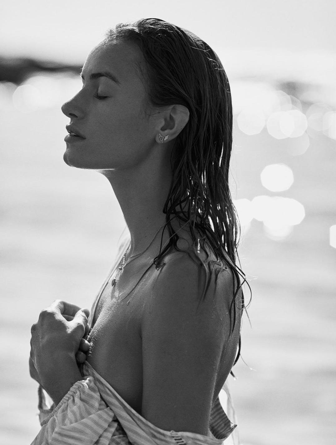 Девушка развлекается на пляже / фото 23