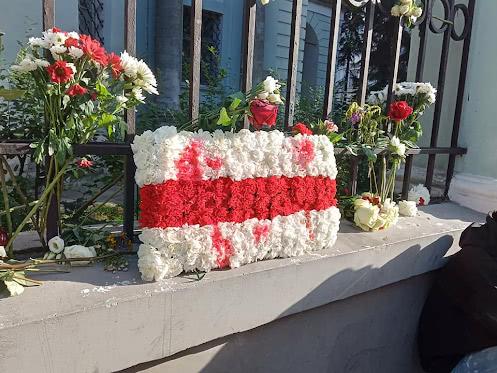Инсталляция в цветах беларуского флага