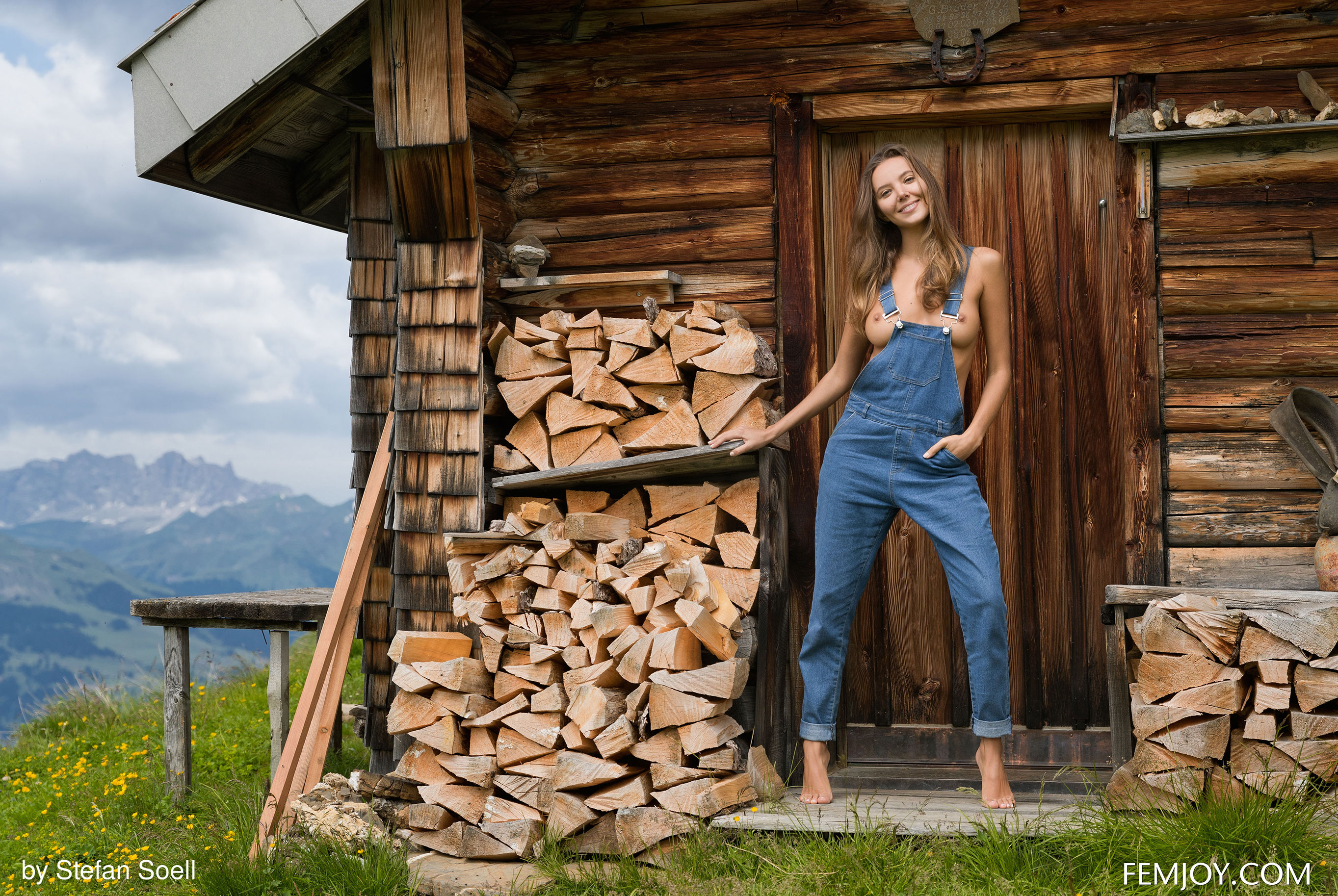 Сексуальная Катя - голая и одинокая в избушке на склоне Альпийских гор / фото 04
