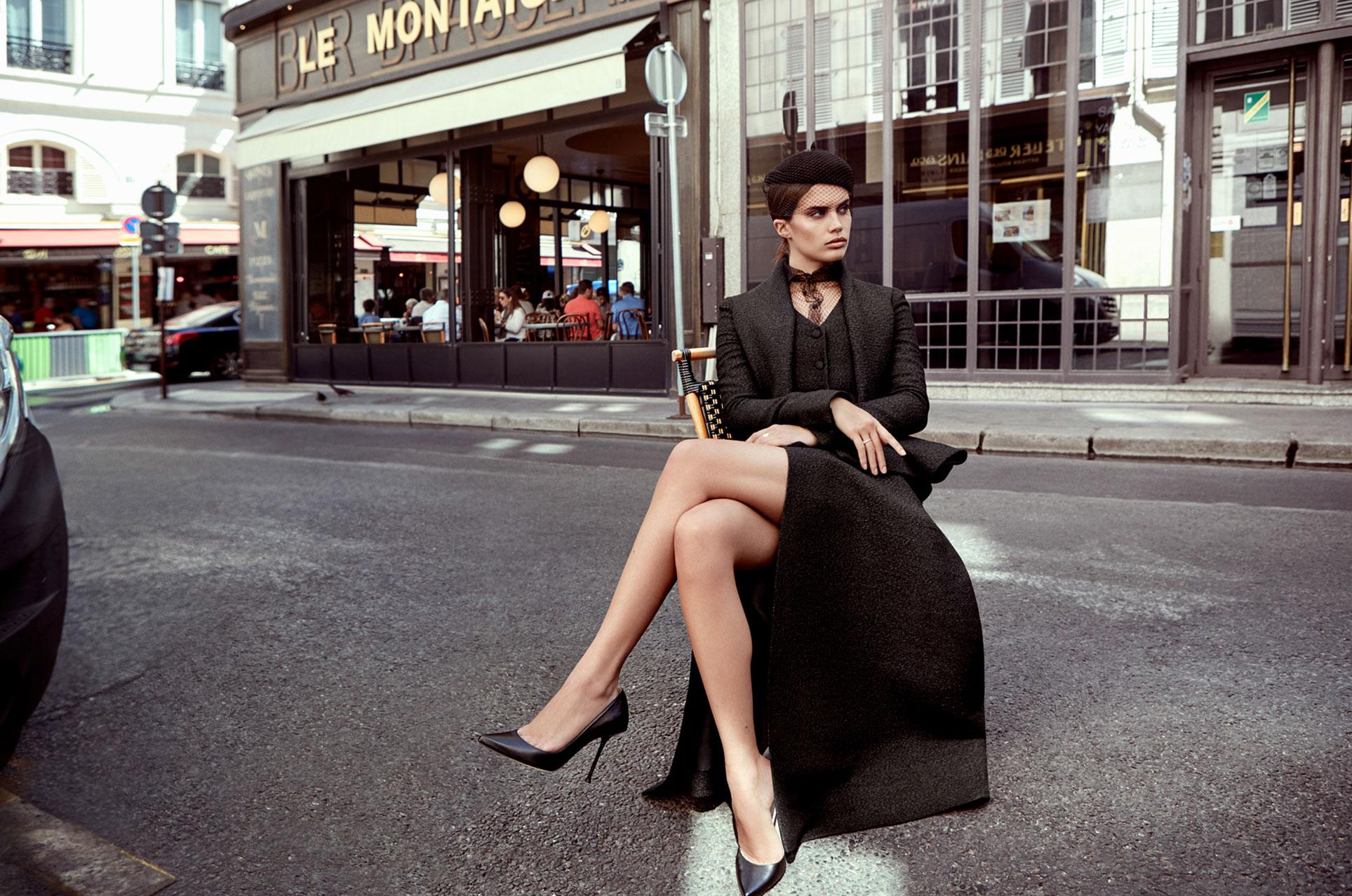Сара Сампайо демонстрирует модные наряды на улицах и балконах Парижа / фото 01